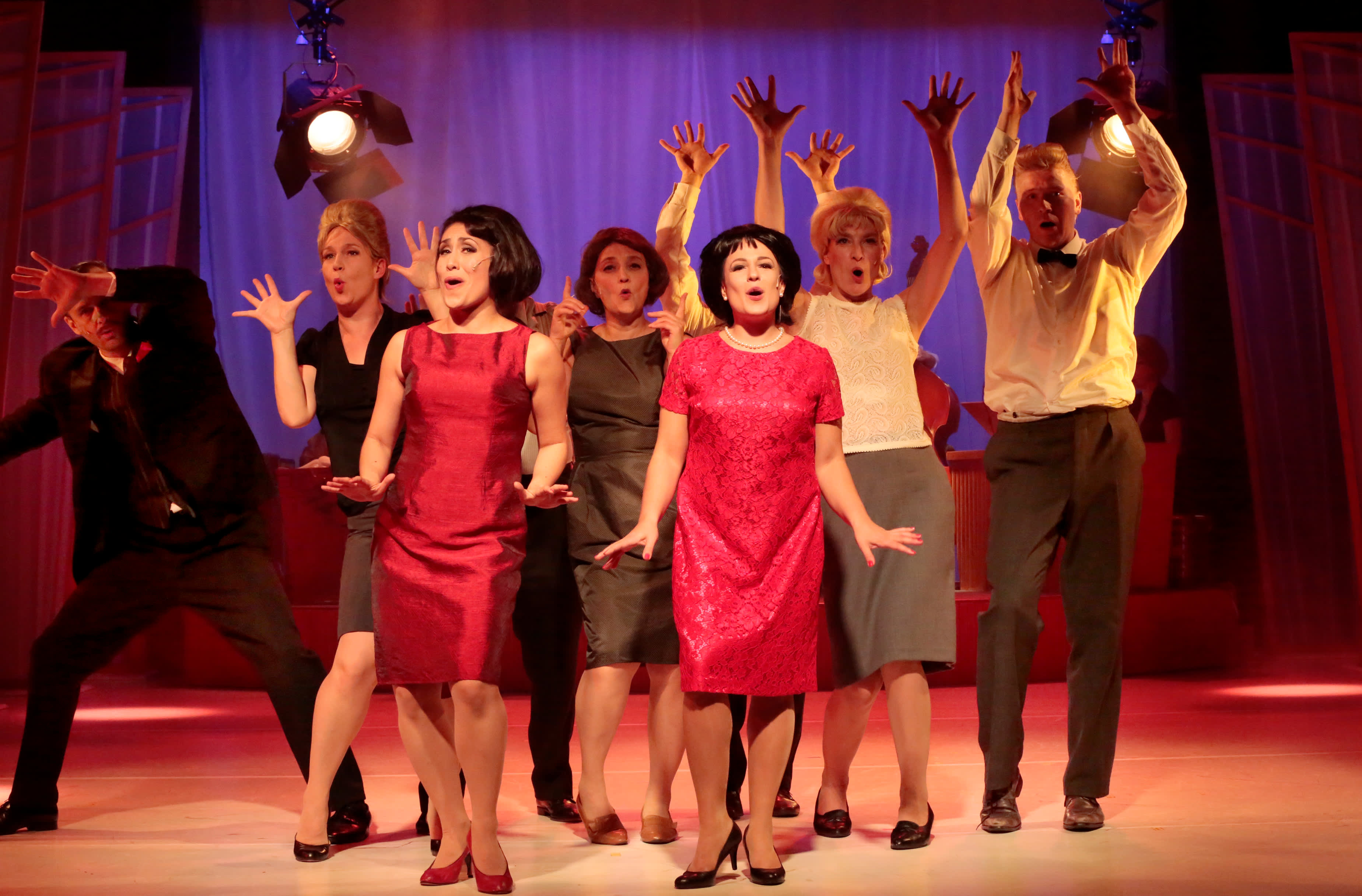 Laila-näytelmän näyteleiljöitä lavalla.