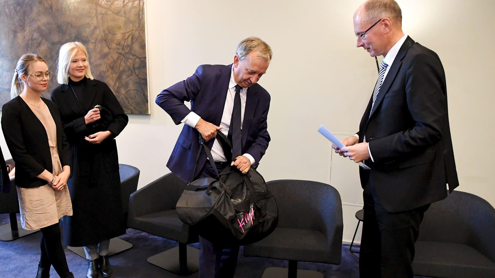 Liike Nyt -yhdistyksen Harry Harkimo luovutti 5 000 kannattajakorttia oikeusministeriöön Helsingissä perjantaina 20. syyskuuta.