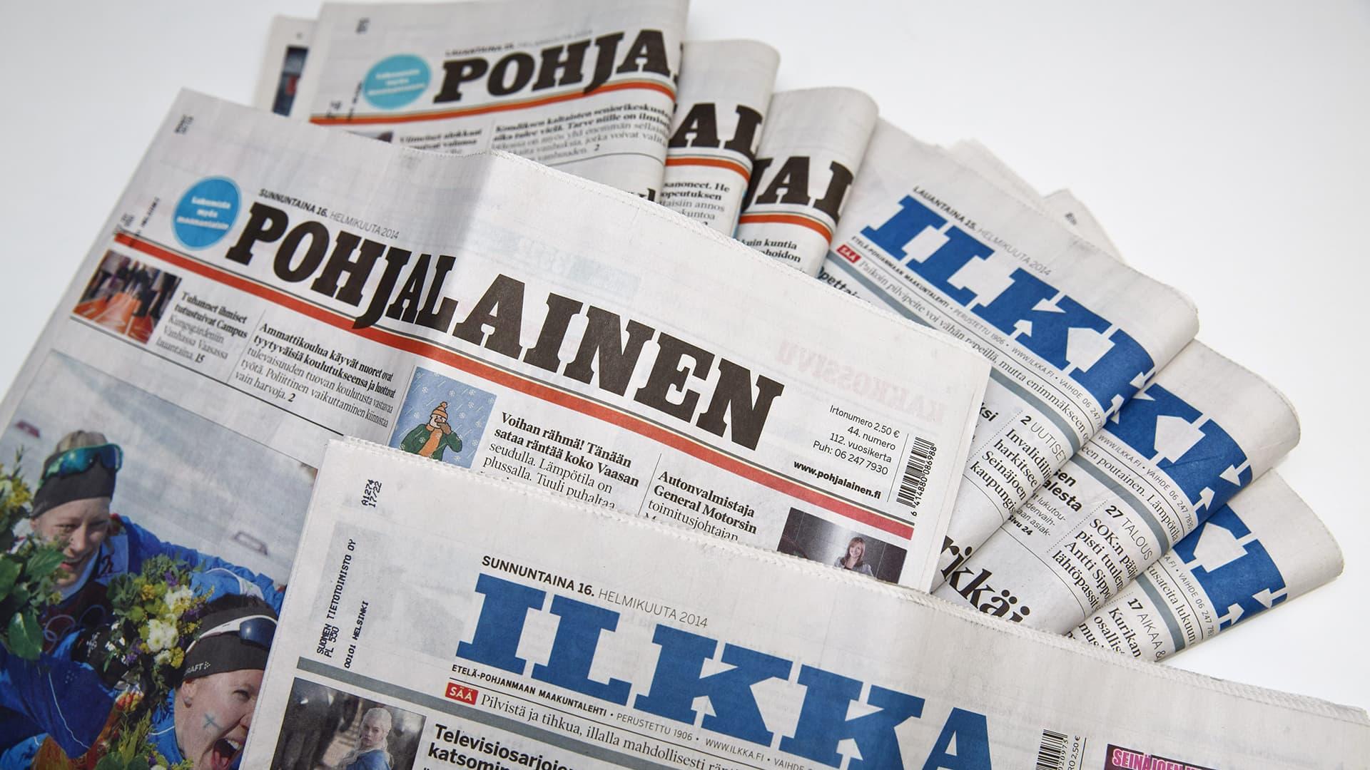 Pohjalainen ja Ilkka -sanomalehtiä pöydällä.