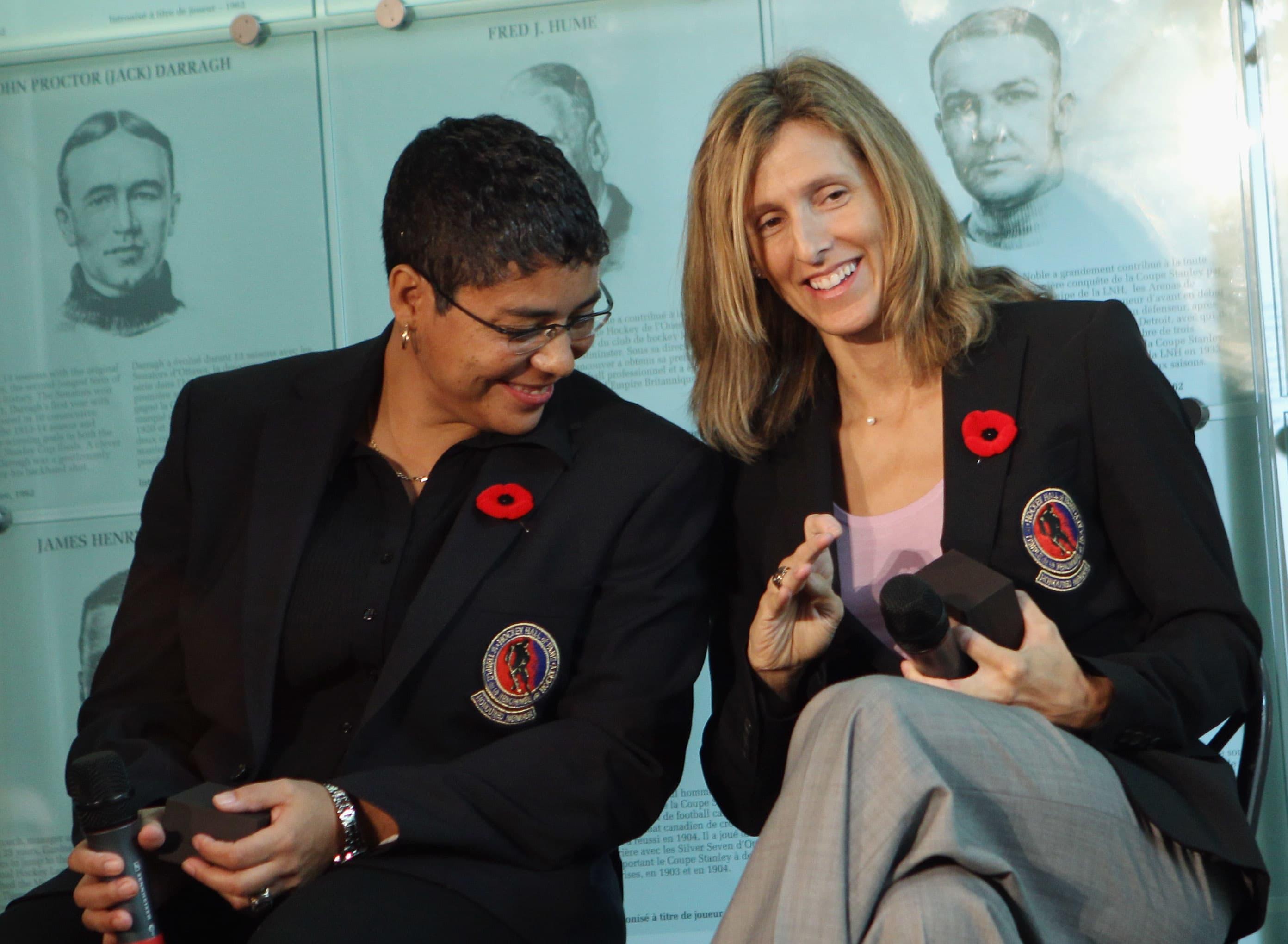 Angela James ja Cammi Granato valittiin Hockey Hall of Fameen marraskuussa 2010.