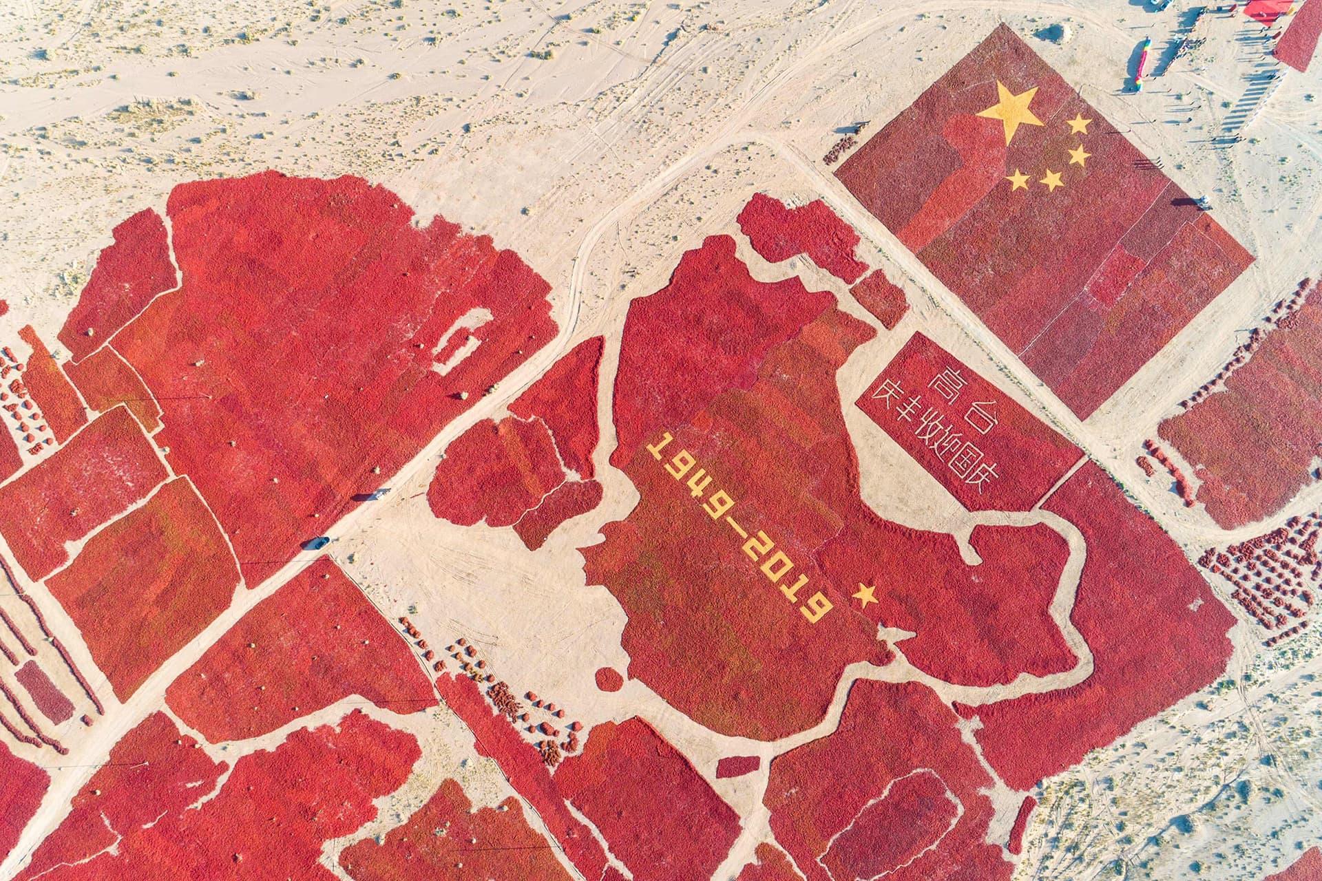 Ilmakuvassa chileistä muotoiltu lippu ja kartta.