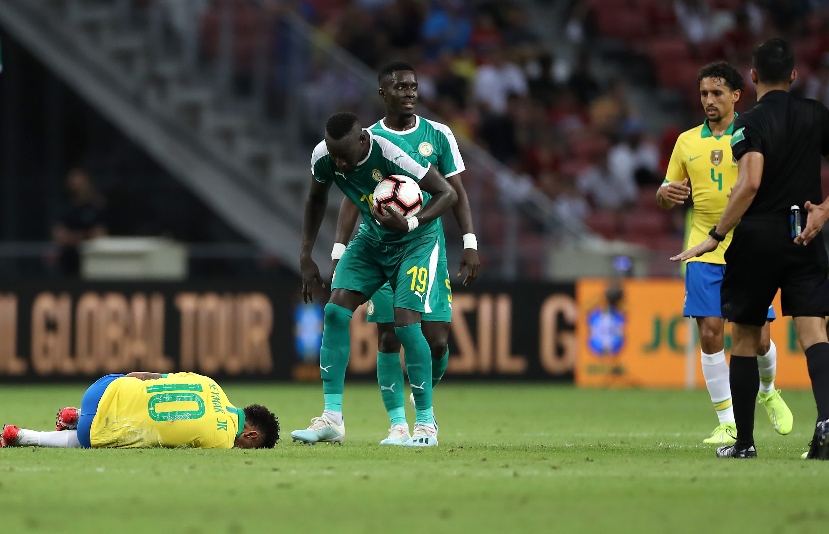 Brasilian Neymar kentän pinnassa
