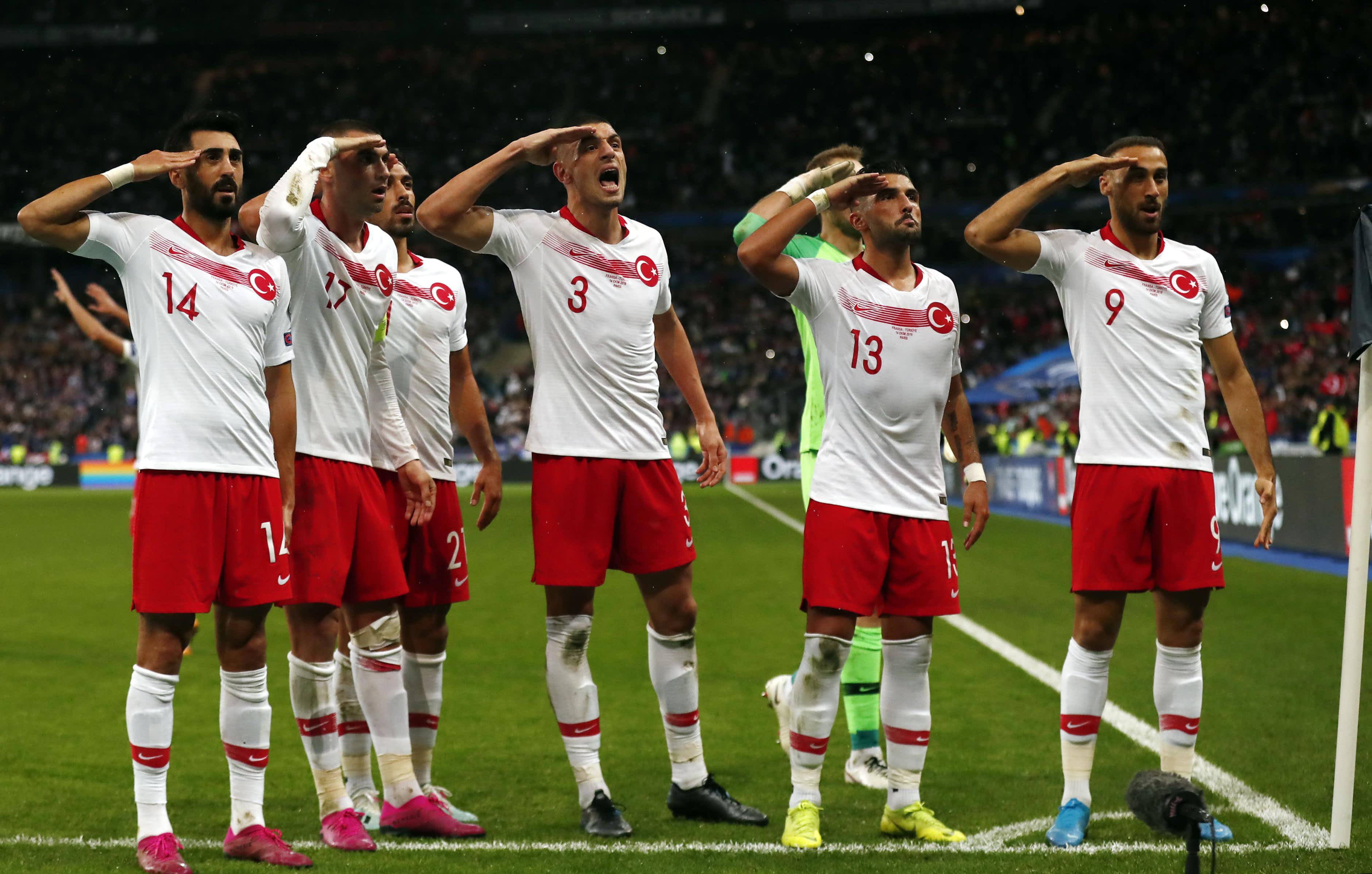 Turkin pelaajat tuulettivat Ranskaa vastaan Pariisissa Stade de Francella.