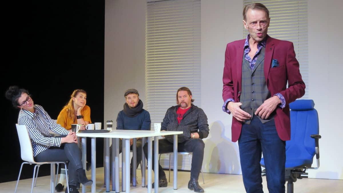 Näyttelijöitä teatterin lavalla