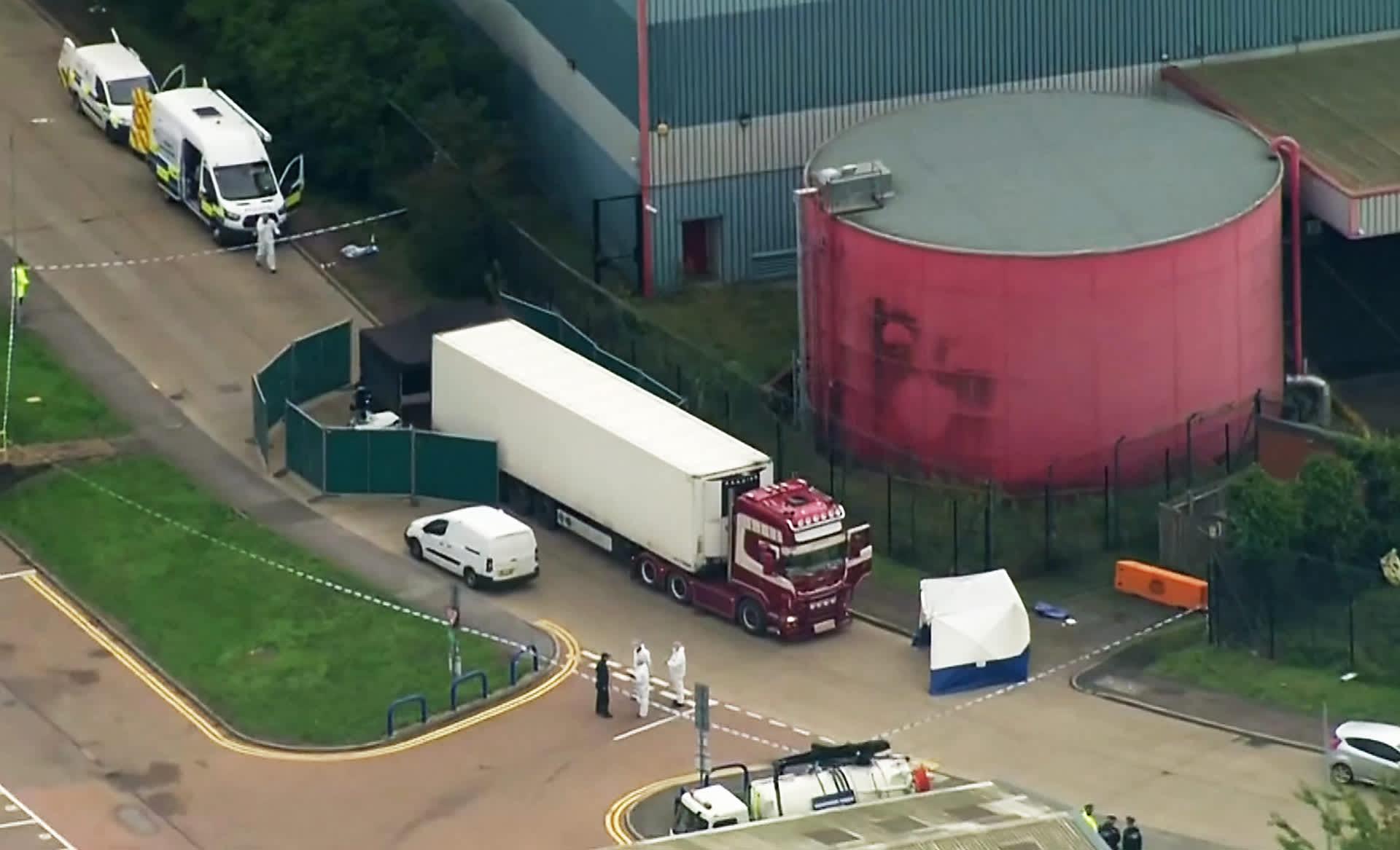 Viranomaiset tutkivat rekkaa Graysissa, Englannissa 23. lokakuuta.