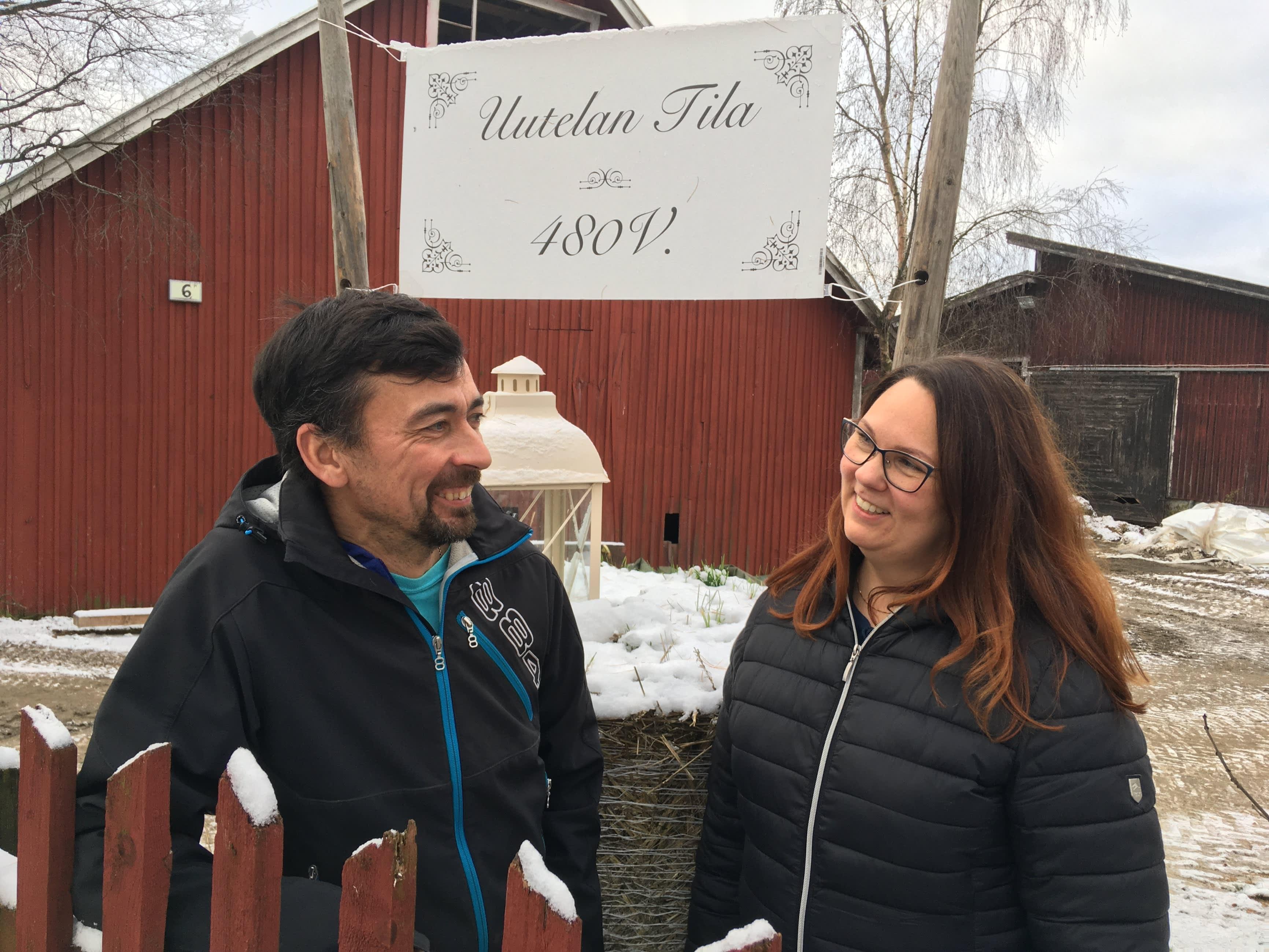 Uutelan tila Kouvolan Ummeljoella, kuvassa tilan omistajat 17. sukupolvessa, Janne ja Miia Mikkelä.