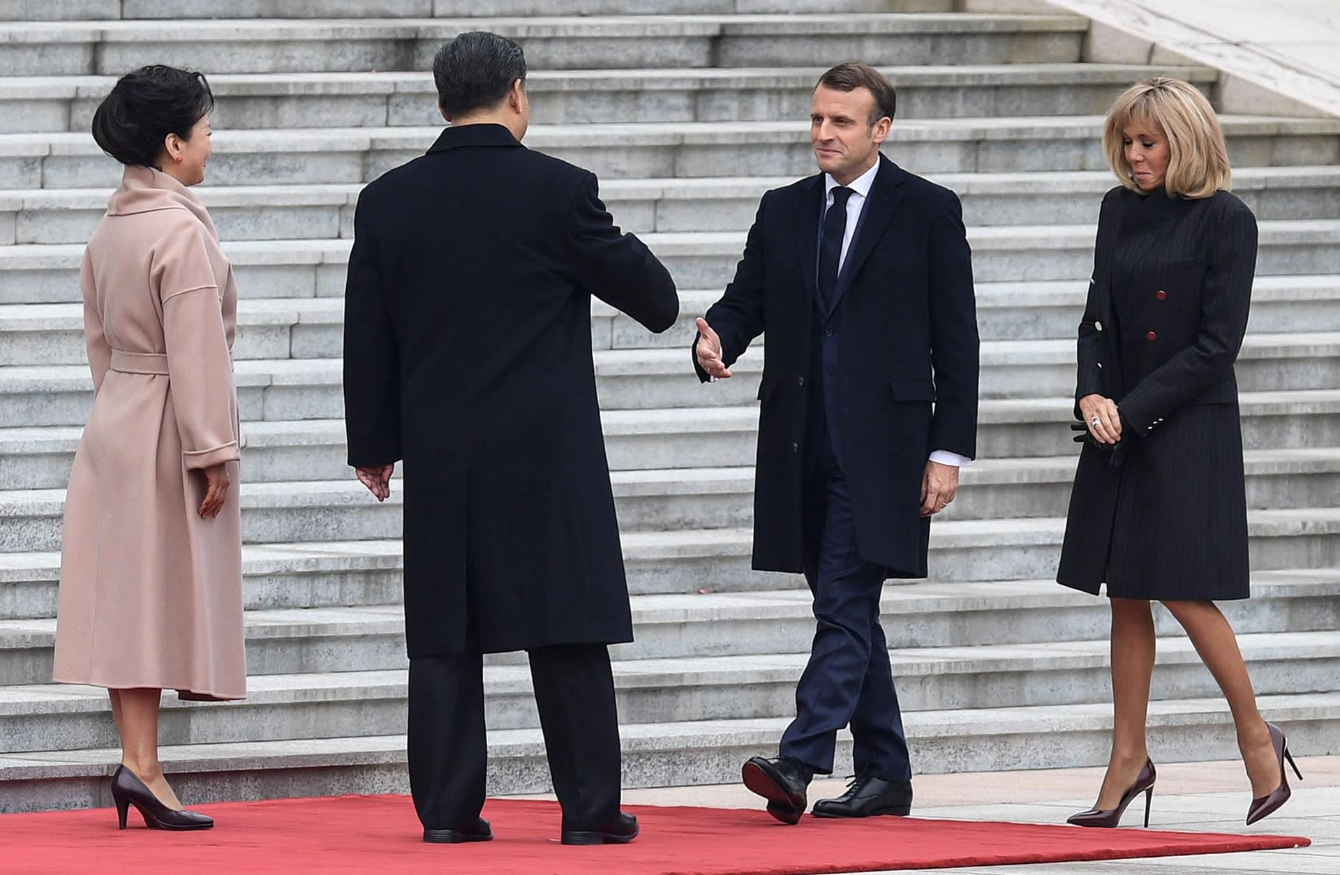Xi Jinping ja Emmanuel Macron tapasivat Pekingissä keskiviikkona. Mukana tapaamisessa olivat presidenttien vaimot Peng Liyuan (vas.) sekä Brigitte Macron.