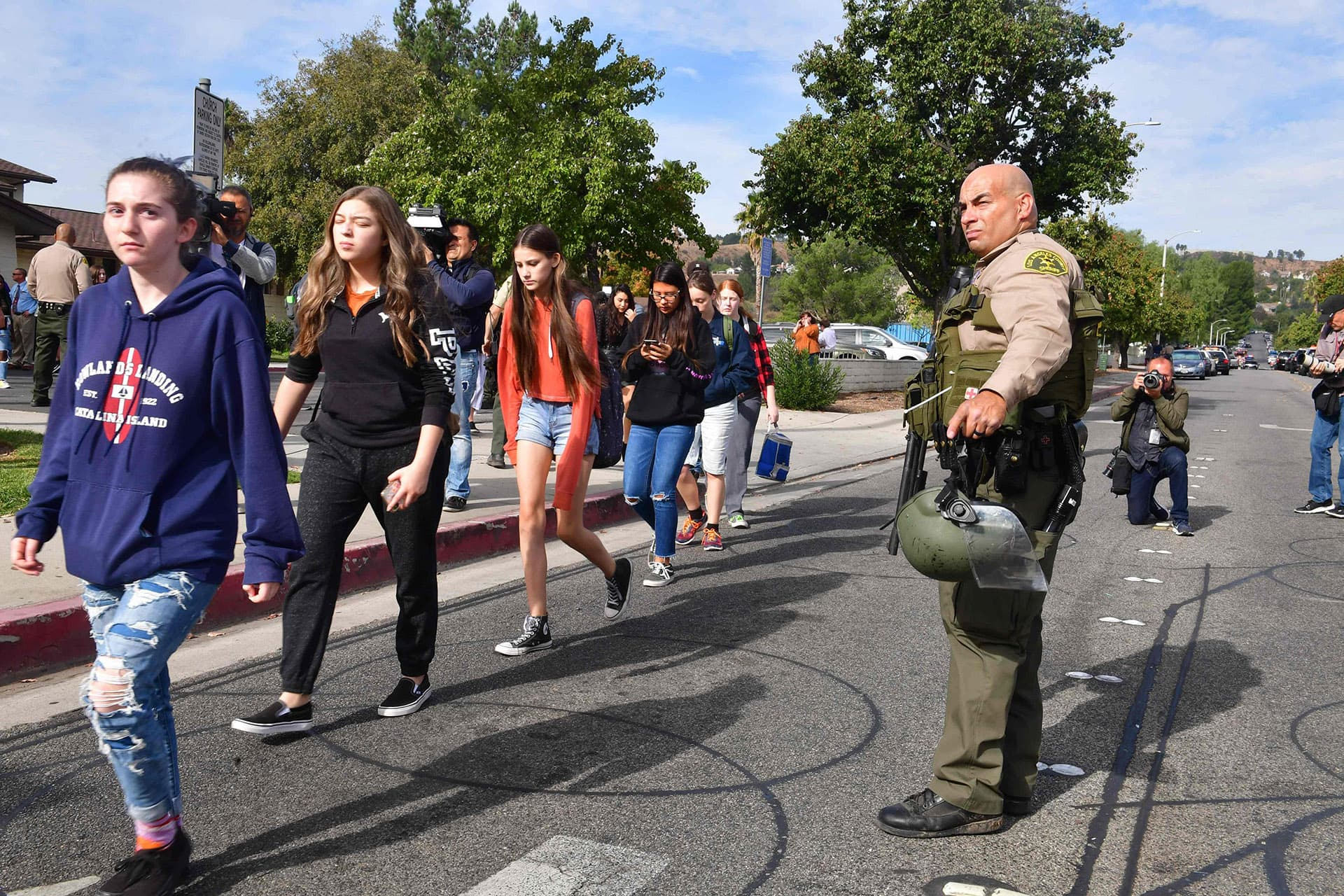 Poliisi ohjaa koululaisia.