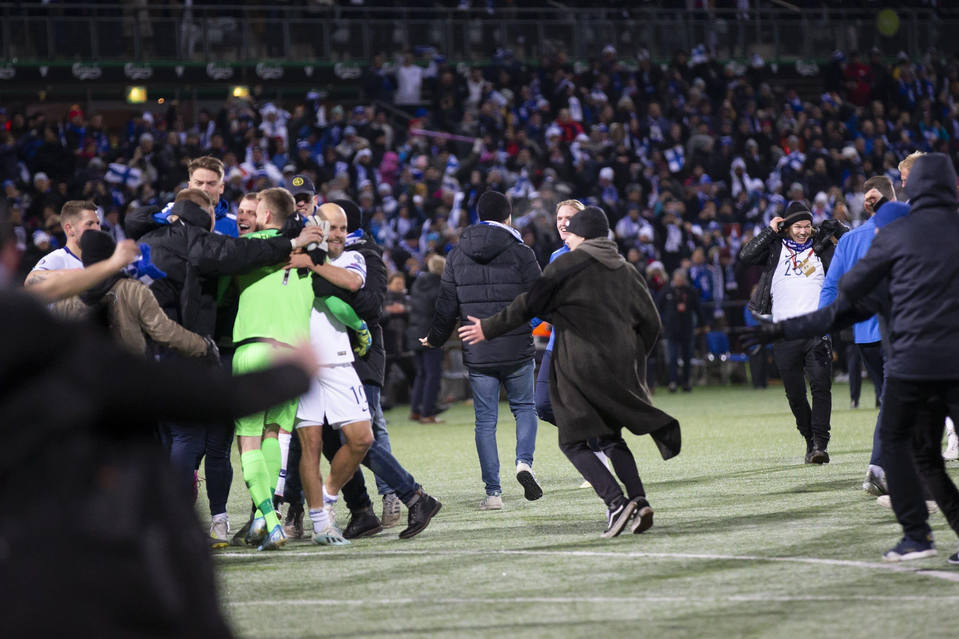 Fanit rynnivät kentälle juhlimaan