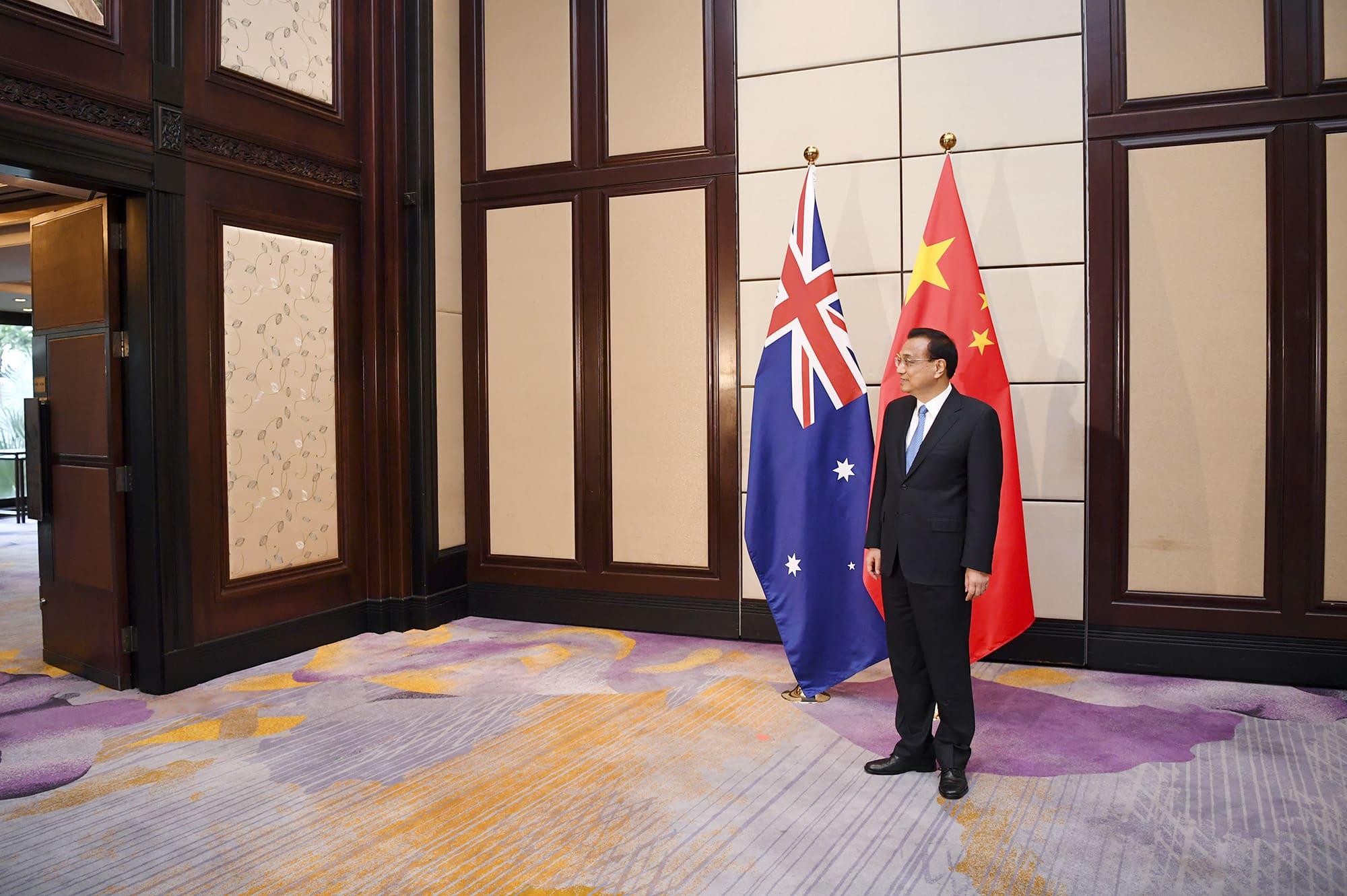 Kiinan pääministeri  Li Keqiang odottaa kokouspaikalla Australian pääministeri Scott Morrisonia Bangkokissa.
