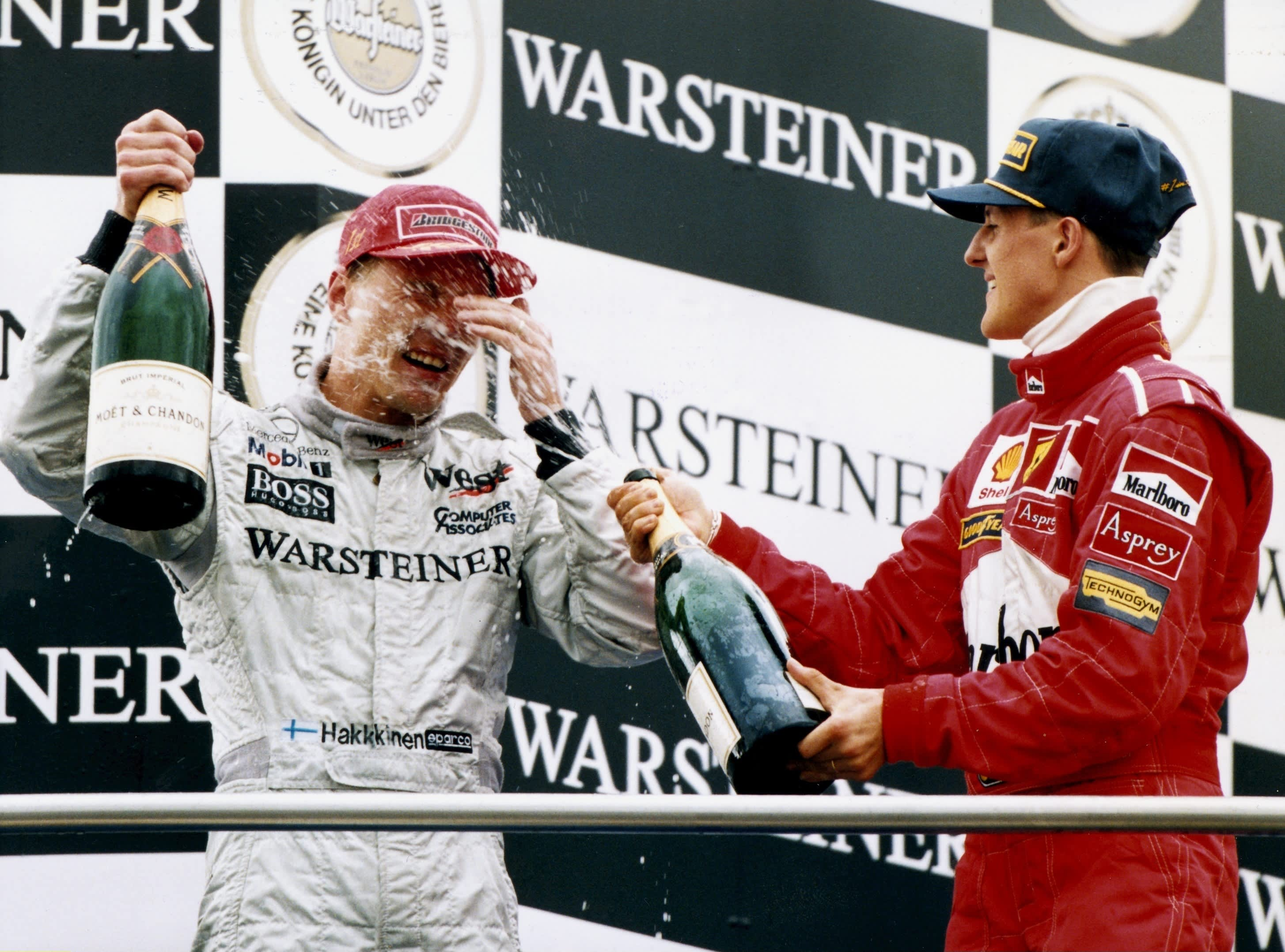 Mika Häkkinen kukisti Michael Schumacherin tiukassa F1-mestaruustaistossa kaudella 1998.