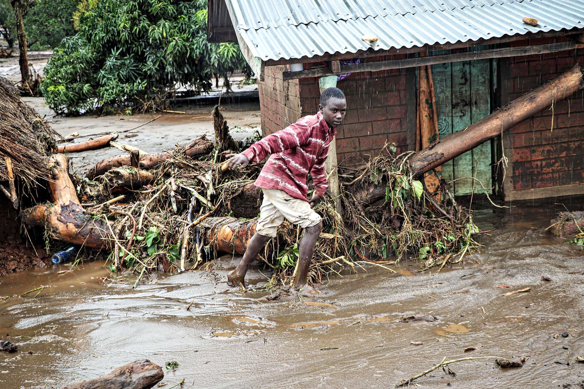 Poika kävelee tulvivassa Paruan kylässä Keniassa 24. marraskuuta.