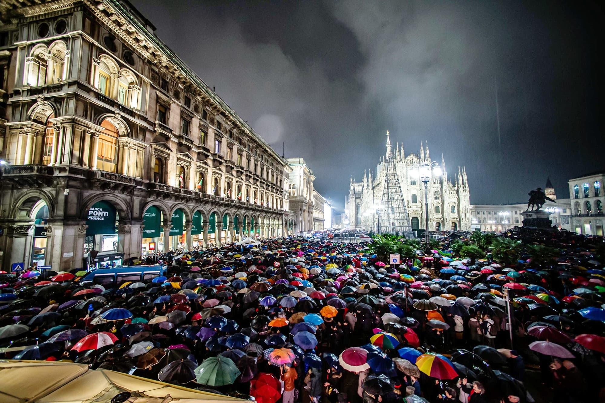 Tuhansia mielenosoittajia Milanon tuomiokirkon edustalla.