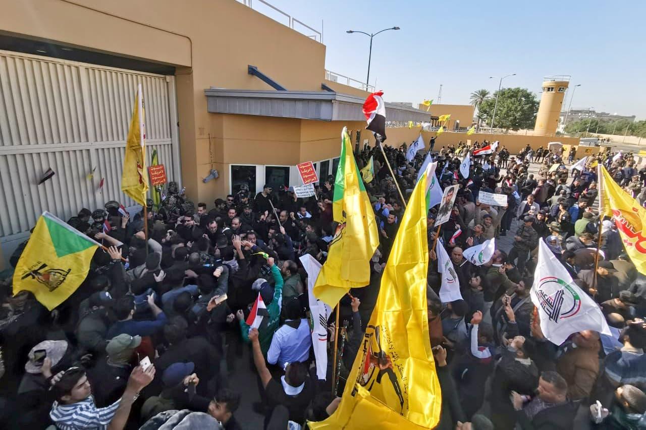 Irakin pääkaupungissa Bagdadissa useita tuhansia mielenosoittajia on rynninyt Yhdysvaltain suurlähetystölle.