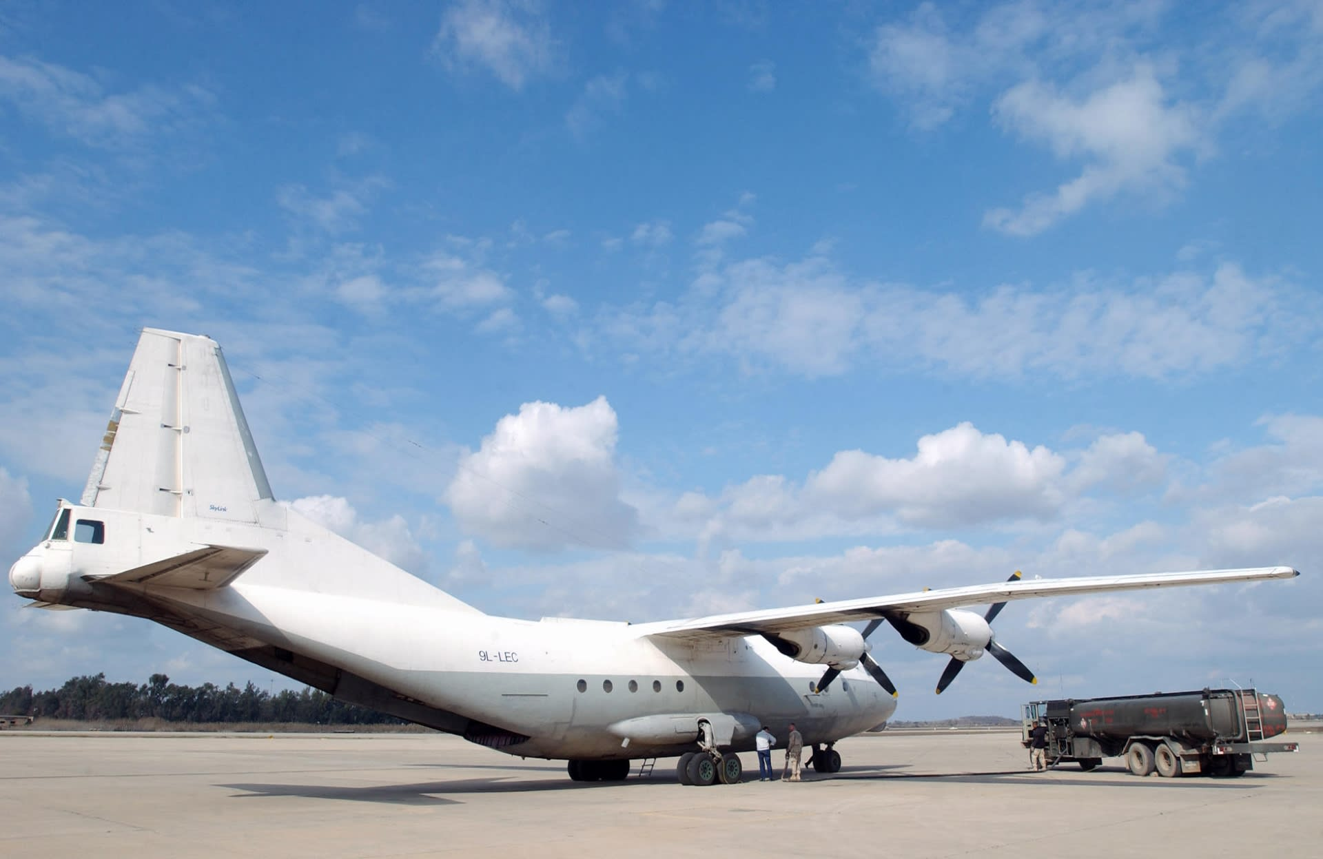 Kuvituskuva. Kuvan Antonov 12 -lentokone on samaa mallia kuin Sudanissa pudonnut kone.