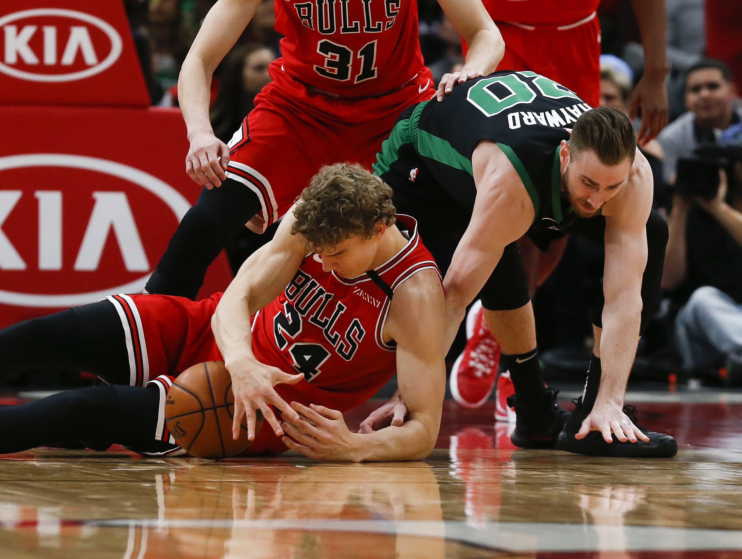 Bullsin Lauri Markkanen ja Bostonin Gordon Hayward kamppailevat parketin pinnassa pallosta