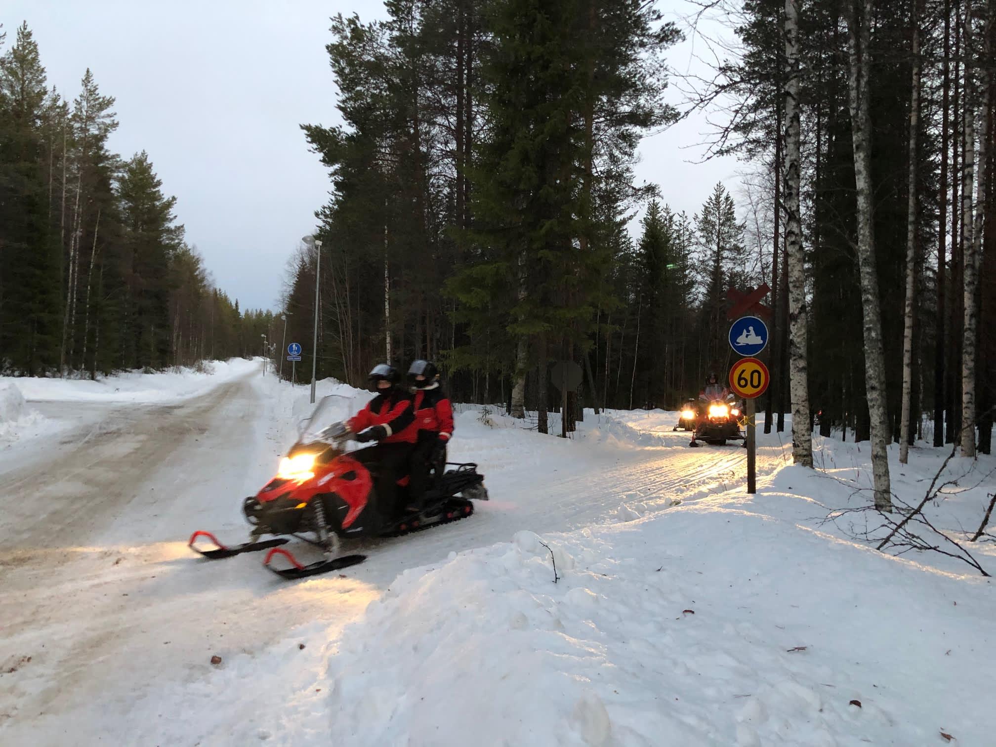 Moottorikelkkoja reitillä Rovaniemellä tammikuussa 2020.