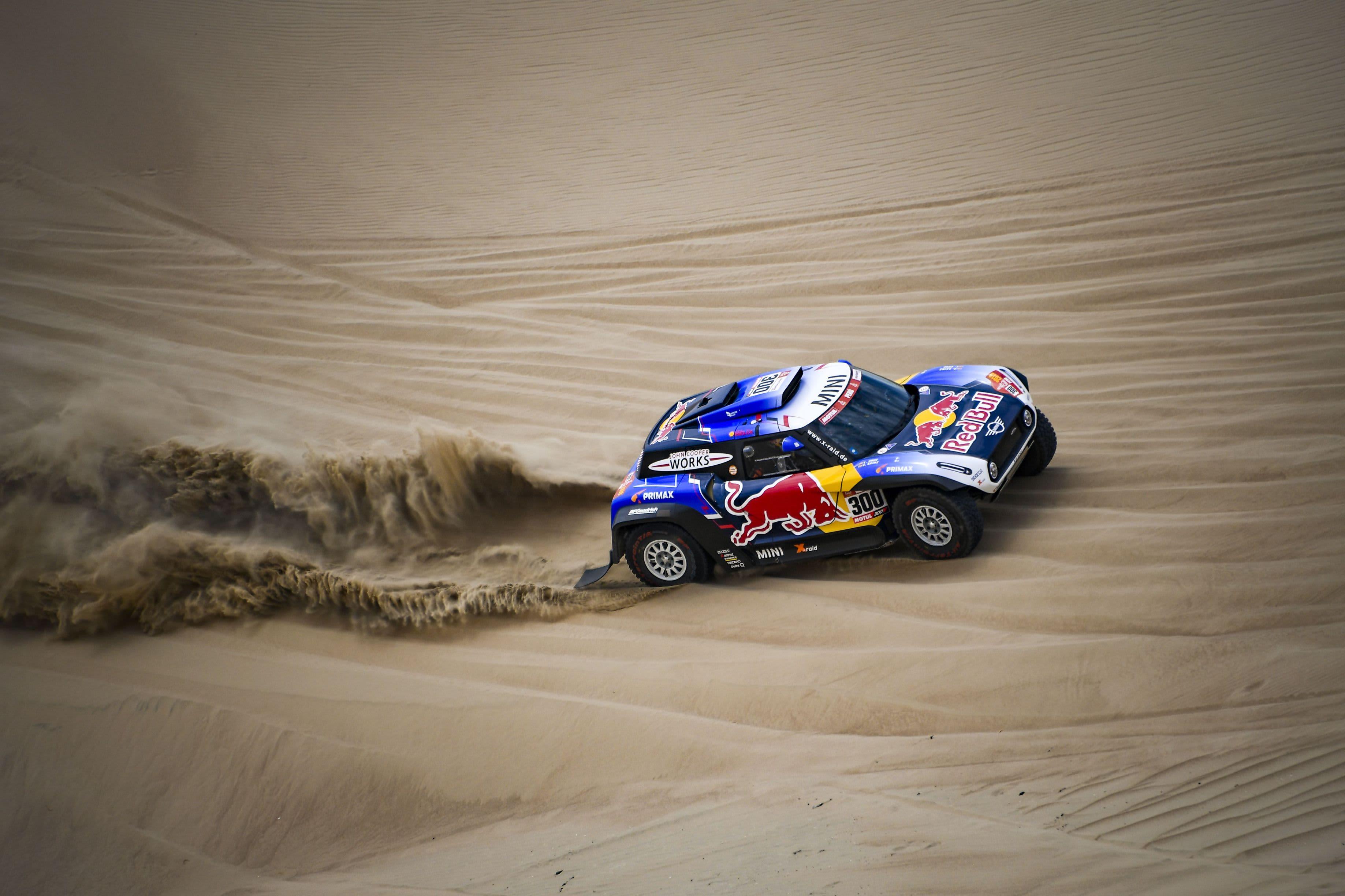 Carlos Sainz ajaa aavikolla.