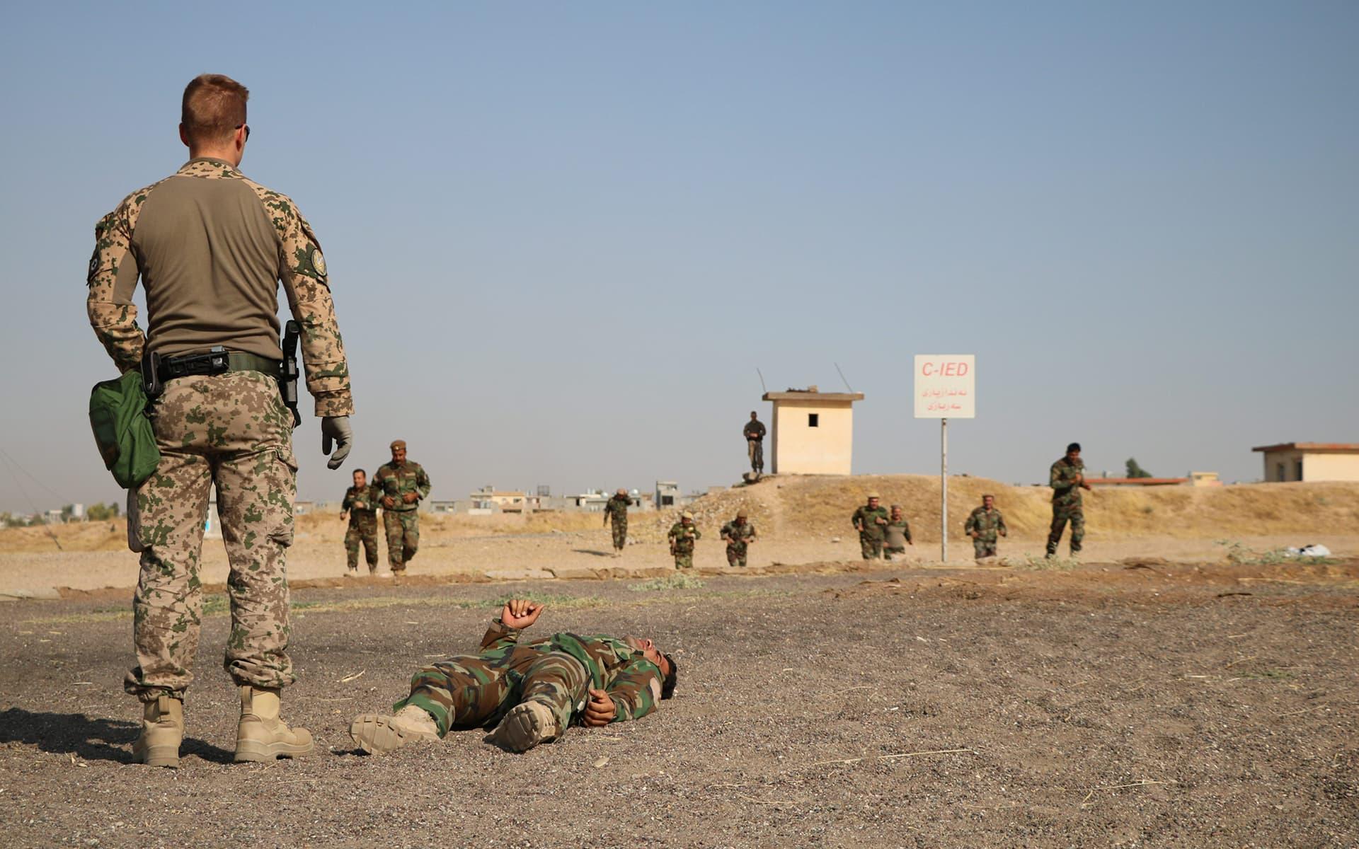 Suomalaiset kriisinhallintajoukot antavat taistelulääkintäkoulutusta peshmerga-sotilaille Erbilin lähettyvillä Irakissa loppuvuodesta 2019.