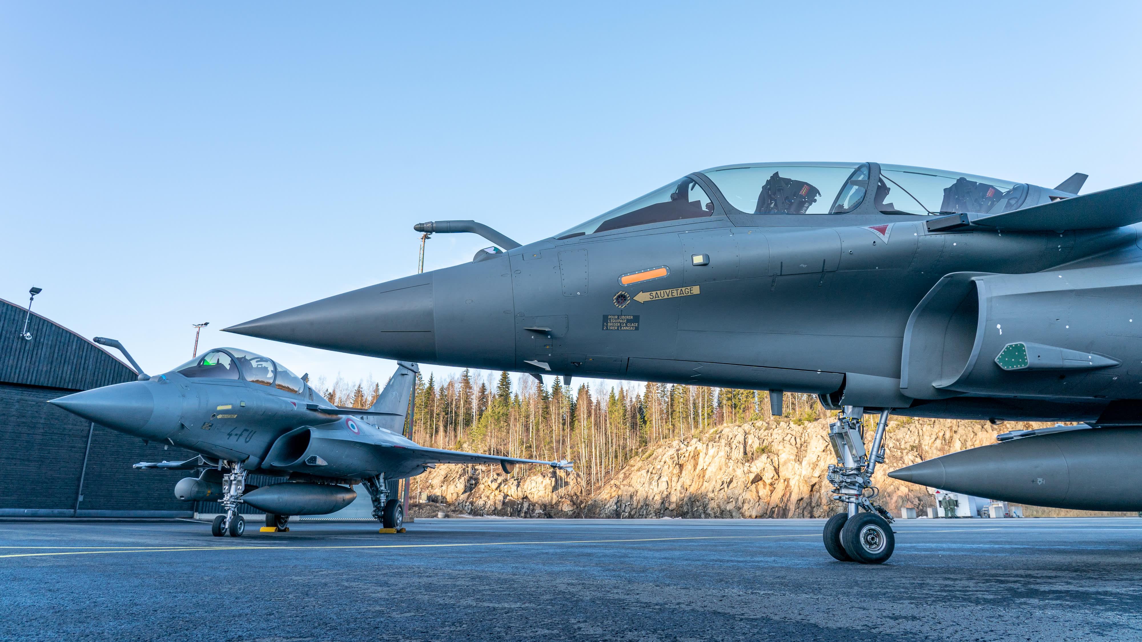 Kaksi  Dassault Rafale-hävittäjää Satakunnan lennoston kentällä Pirkkalassa.