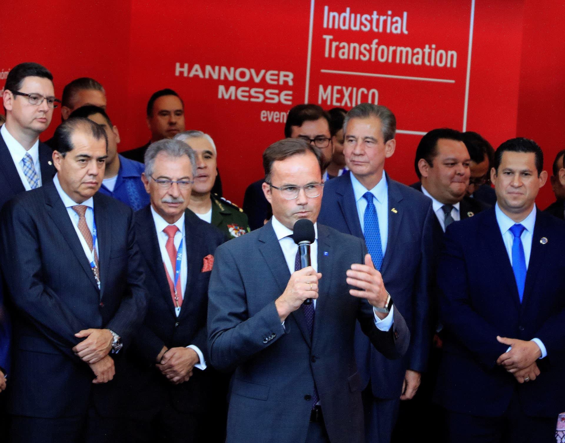 Saksan Messujen hallintoneuvoston puheenjohtaja Jochen Kockler ja Latinalaisen Amerikan yritysjohtajia.
