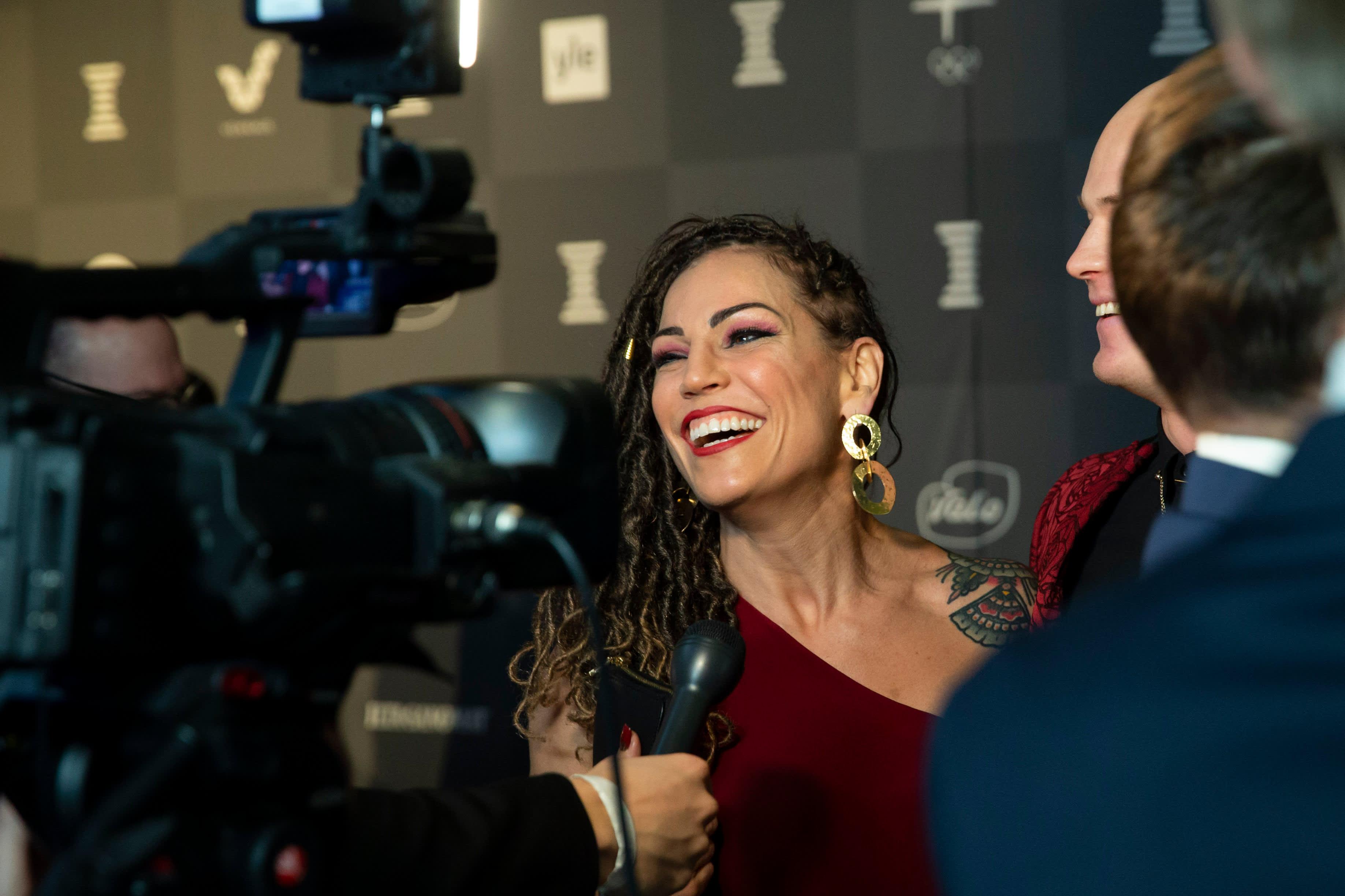 Nyrkkeilijä Eva Wahlström nauraa Urheilugaalan haastattelussa