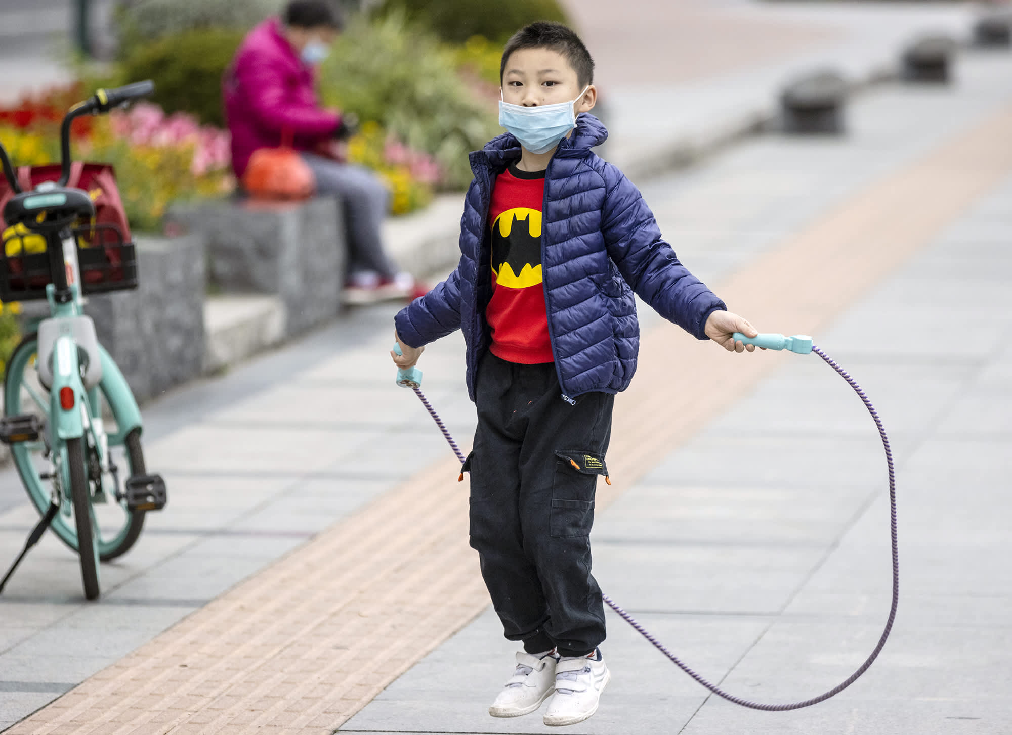 Lapsi hyppii hyppynarulla Guangzhoussa.