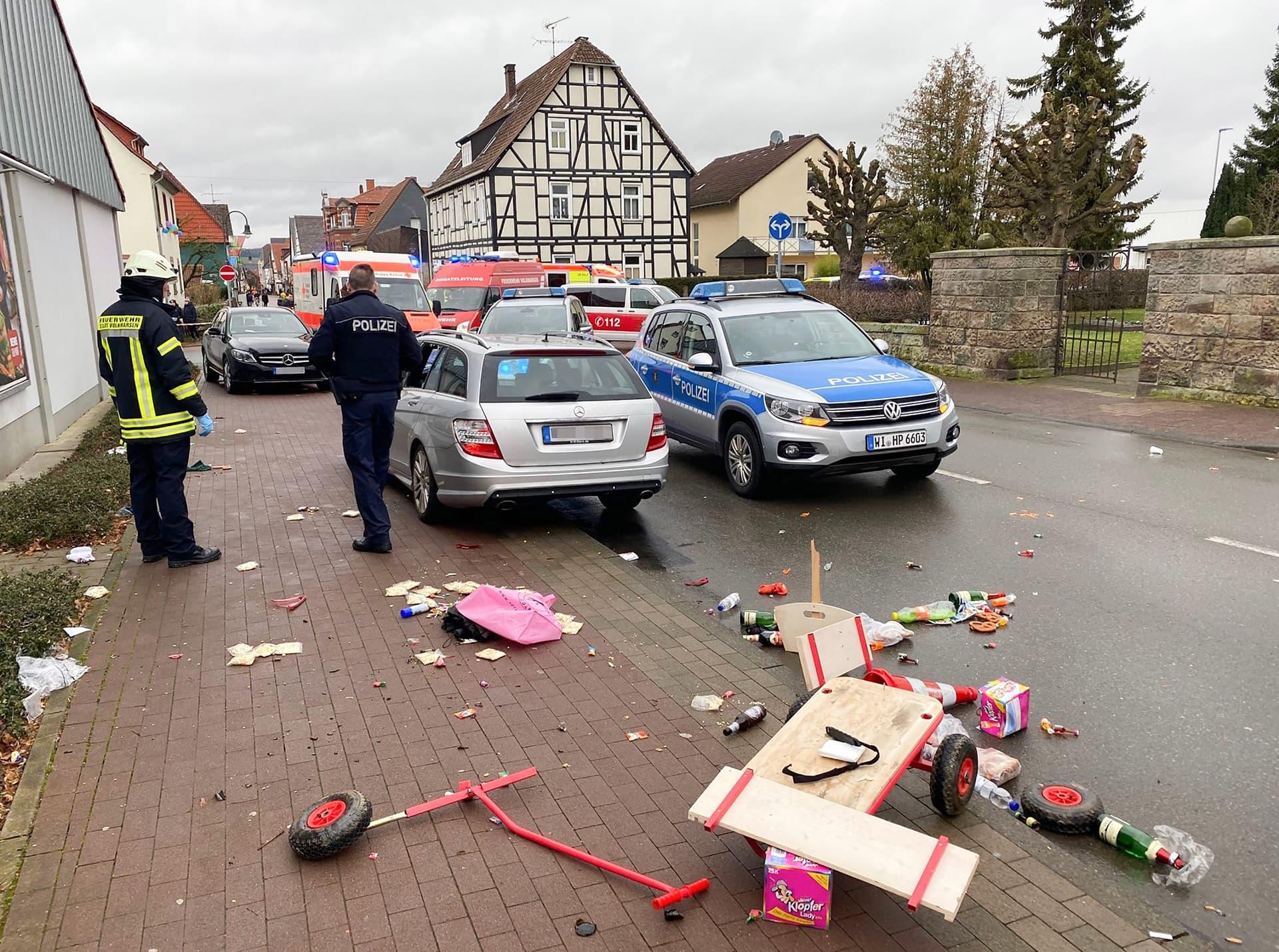 Auto on syöksynyt karnevaalikulkueeseen Volkmarsenin pikkukaupungissa