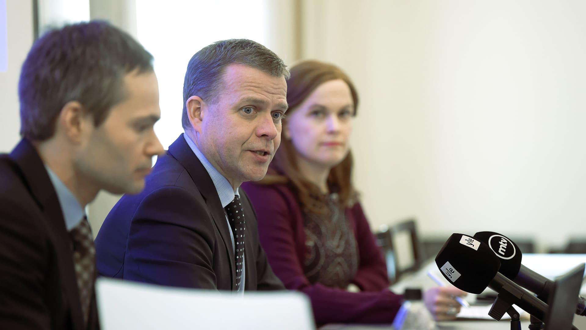 Kokoomuksen kansanedustaja Kai Mykkänen (vas.) ja puheenjohtaja Petteri Orpo ja varapuheenjohtaja Mari-Leena Talvitie kertoivat puolueen ehdotuksesta terrorismia koskevan lainsäädännön kiristämiseksi mediatilaisuudessa Helsingissä 25. helmikuuta.