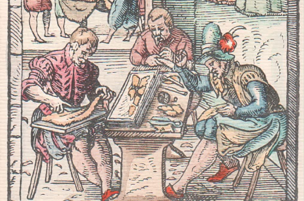 Väritetty puupiirros kolmesta miehestä valmistamassa turkkia.