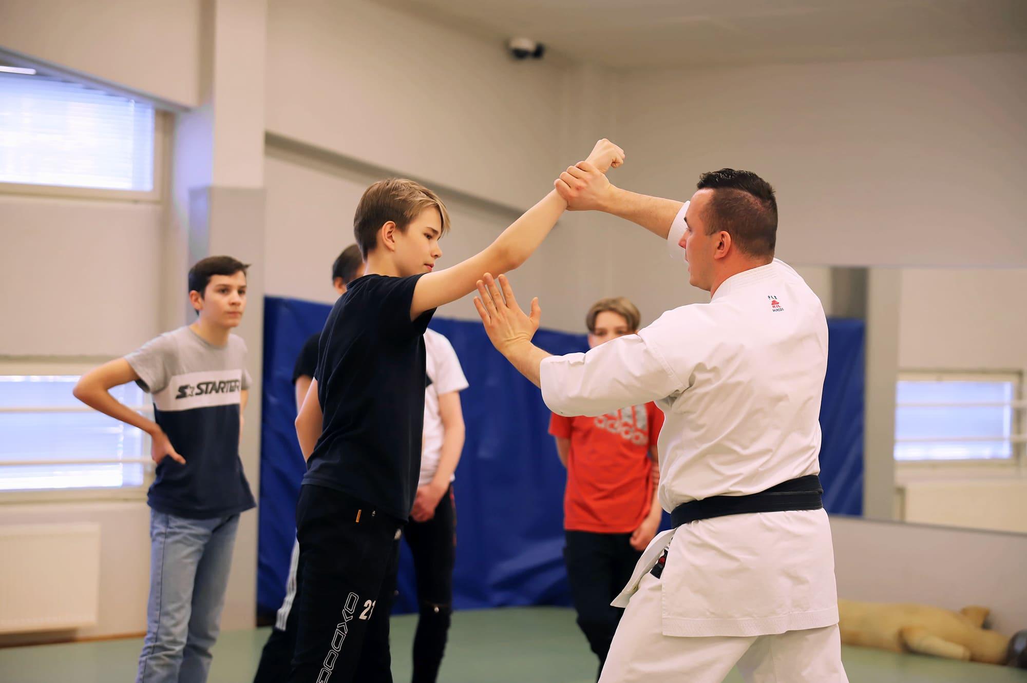 Kuvassa harjoitellaan itsepuolustusta joensuulaisessa normaalikoulussa.