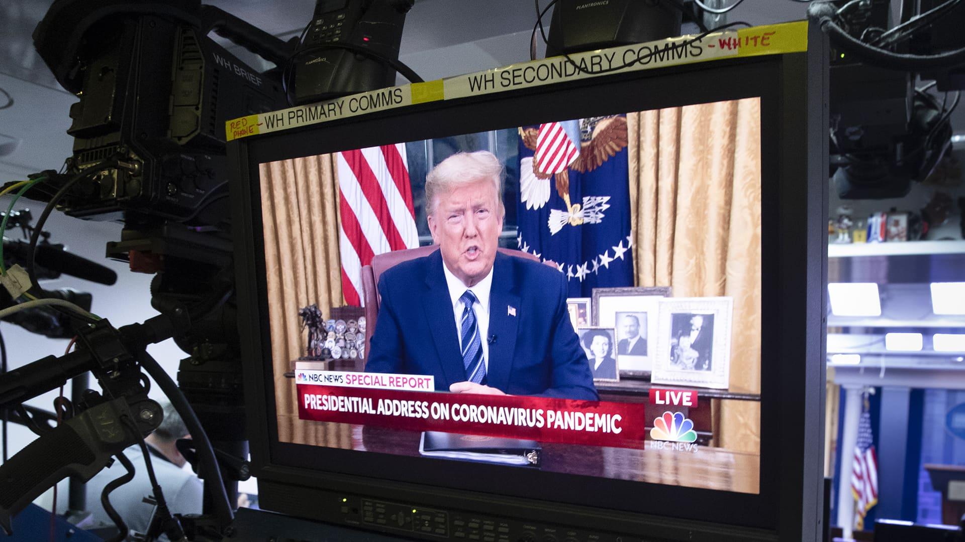 Donald Trump näkyy monitorista.