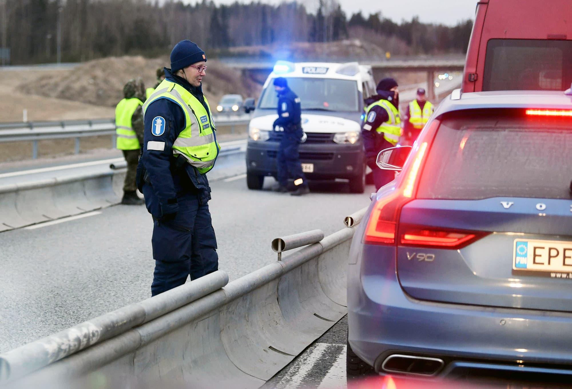 Poliisi tarkastaa kulkulupia Turun moottoritiellä.