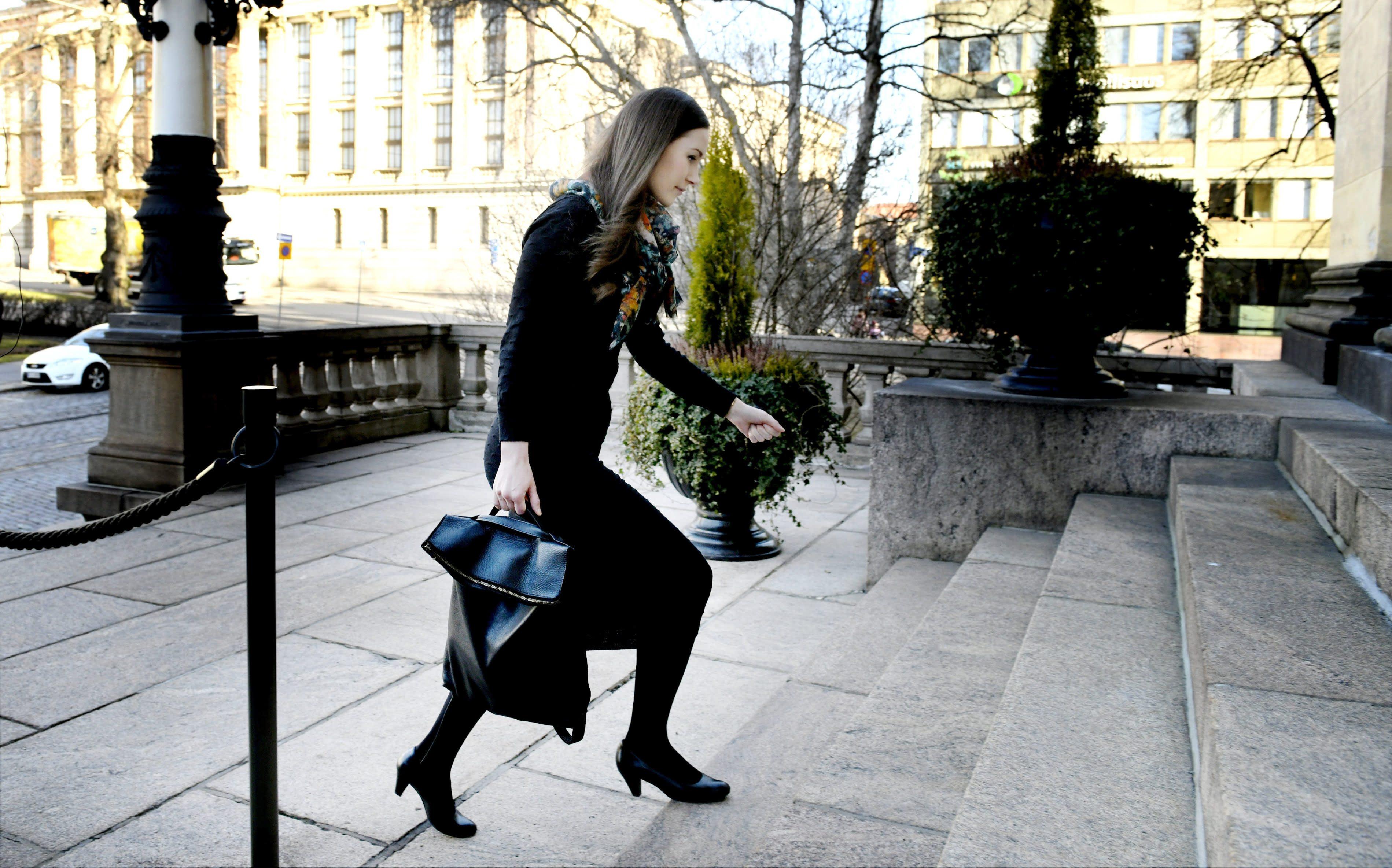 Sanna Marin saapuu Helsingin Säätytalolle 8. huhtikuuta 2020.