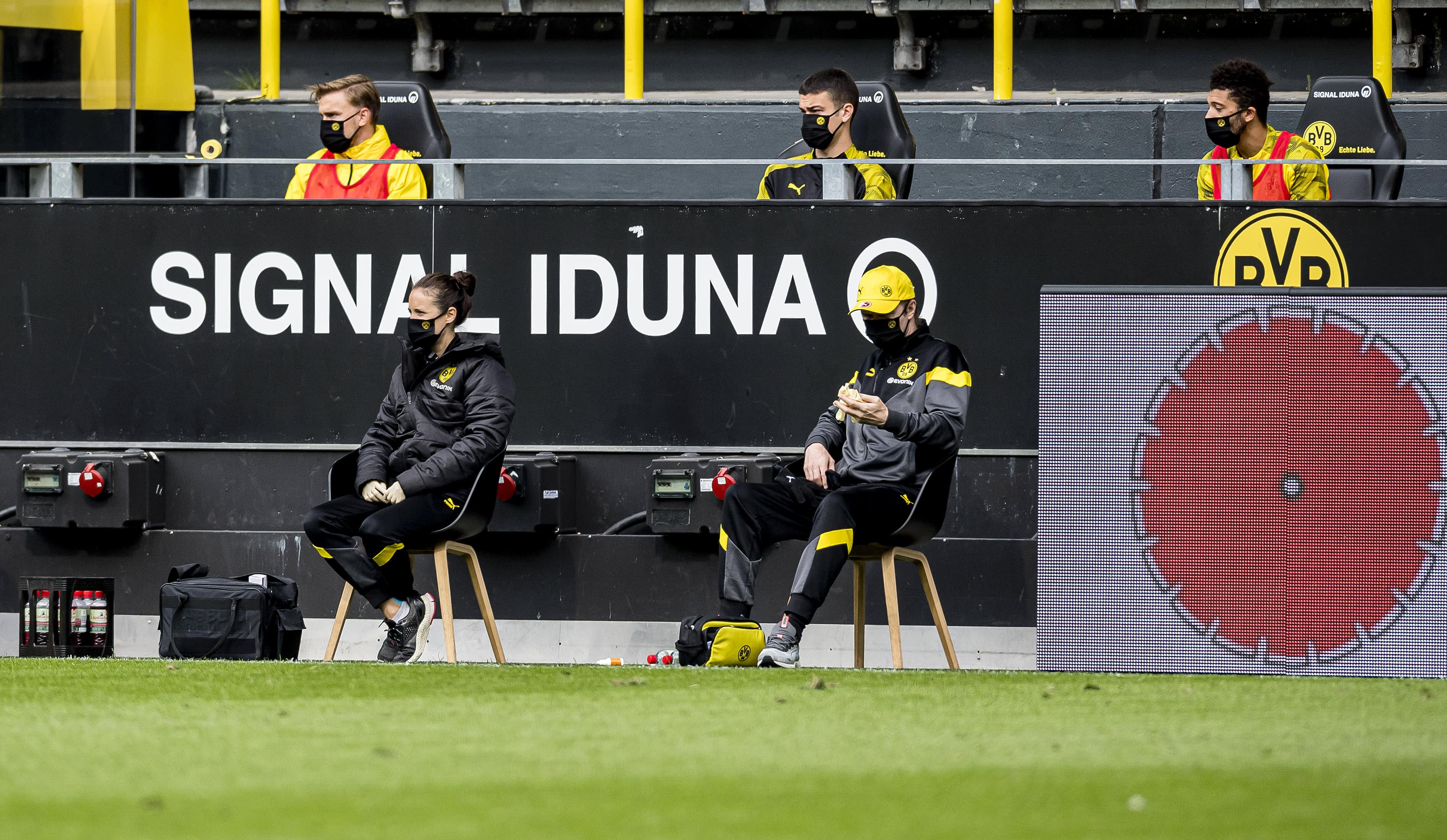 Vaihtopelaajia ottelussa Dortmund-Schalke 04