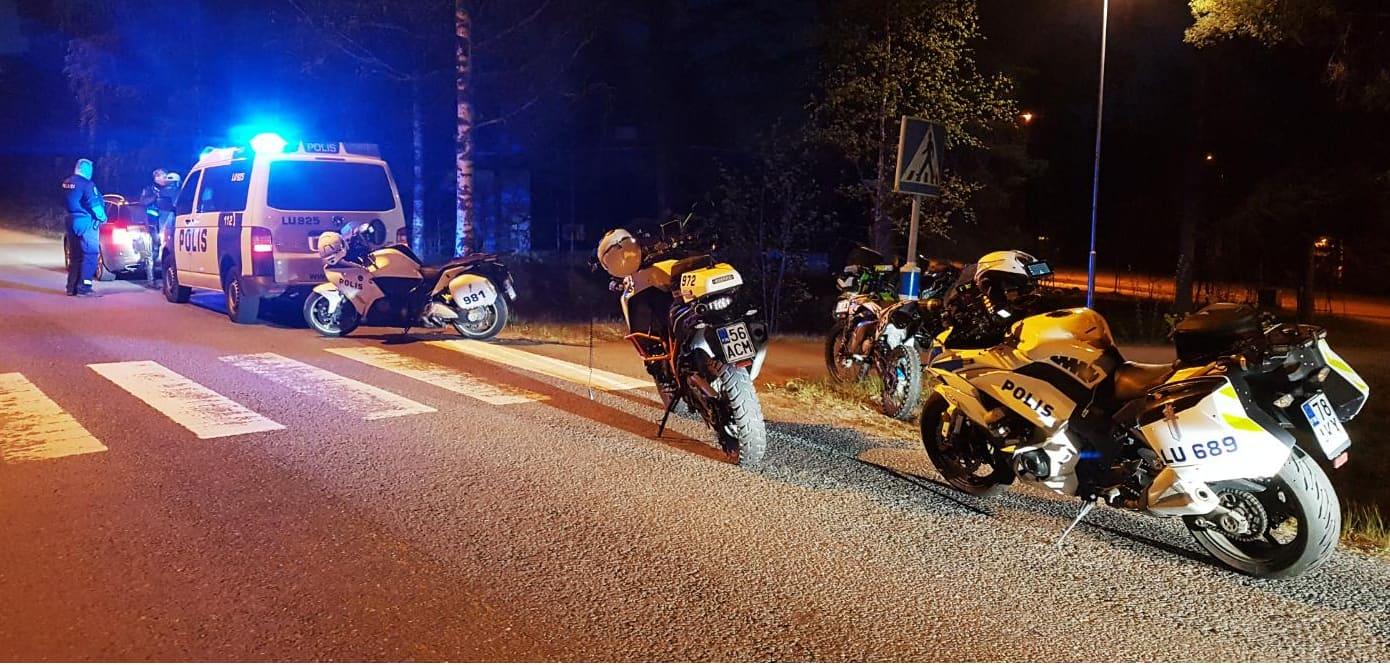 Poliisimoottoripyöriä ja poliisin maija