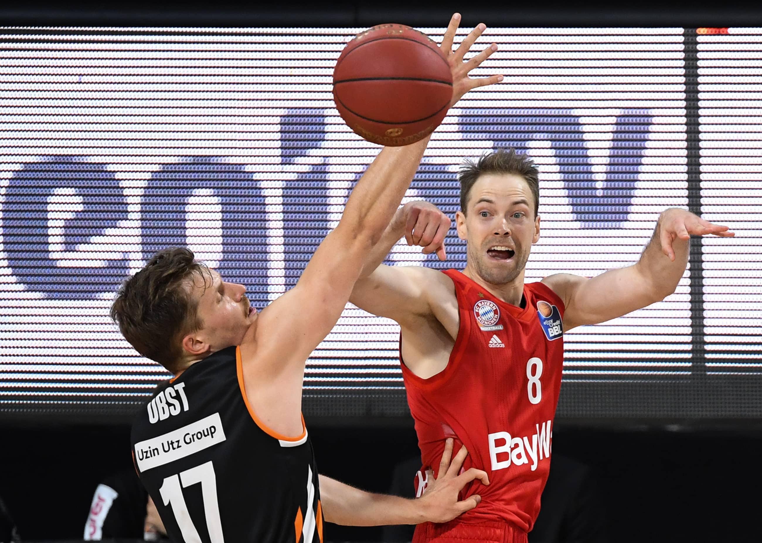 Ulmin Andreas Obst yrittää estää Bayernin Petteri Koposen syöttöyritystä.