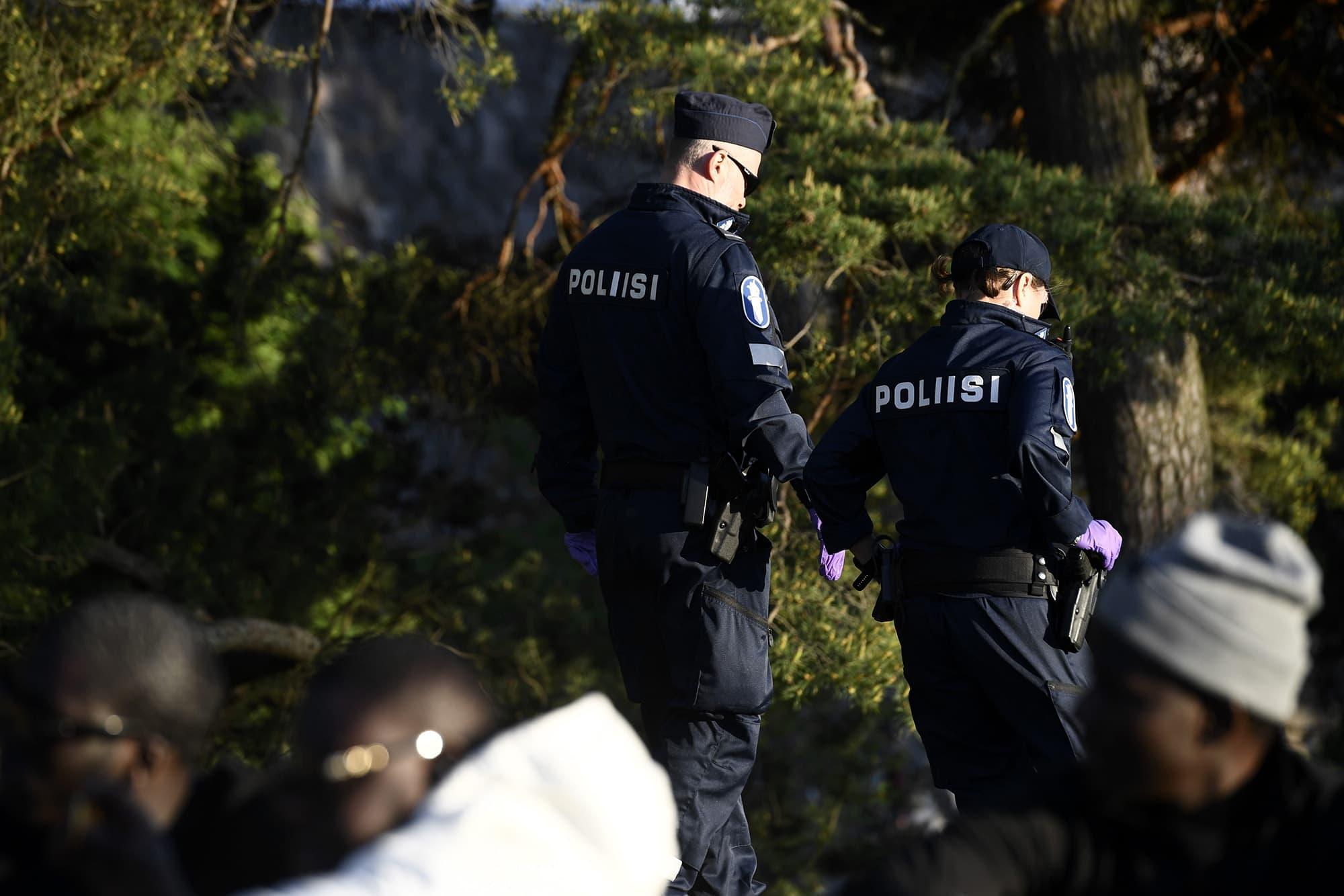 Poliisi valvoo Hietaniemen uimarannalla kouluvuoden päätöksen juhlimista.