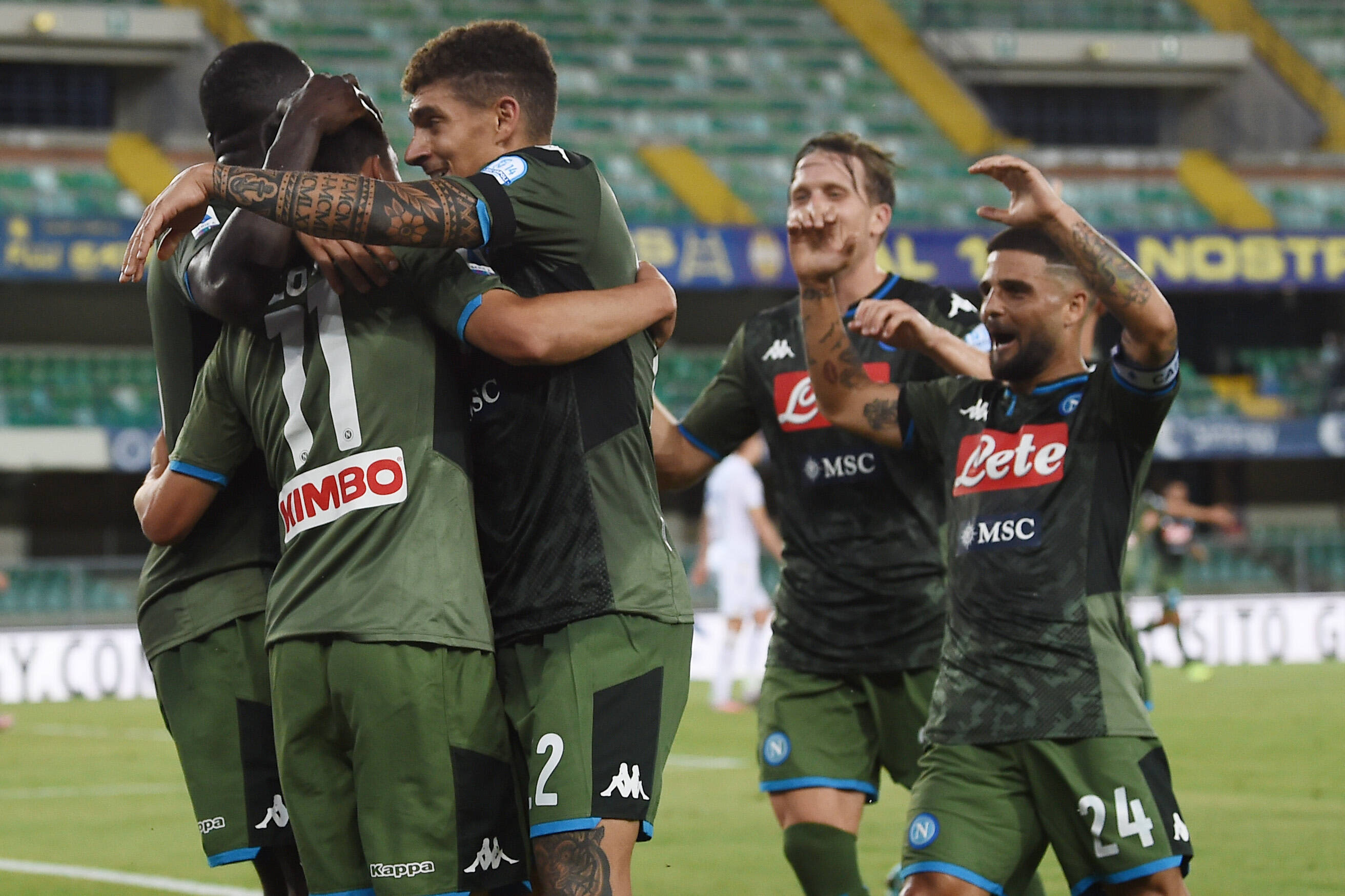 Napoli juhlii Hirving Lozanon maalia.