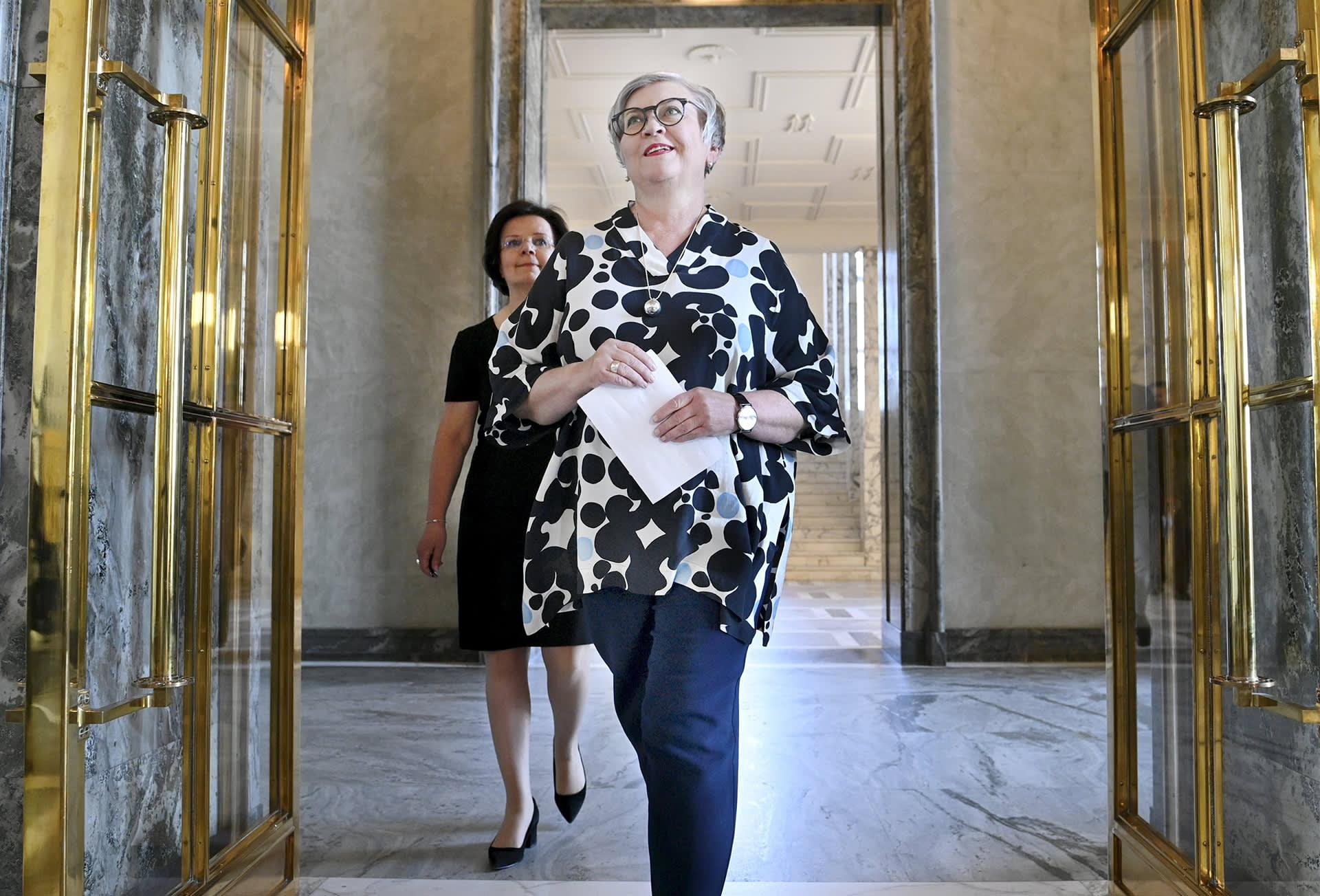 eduskunnan puhemies Anu Vehviläinen ja eduskunnan pääsihteeri Maija-Leena Paavola (taustalla) puhemiehen tiedotustilaisuudessa Helsingissä 25. kesäkuuta