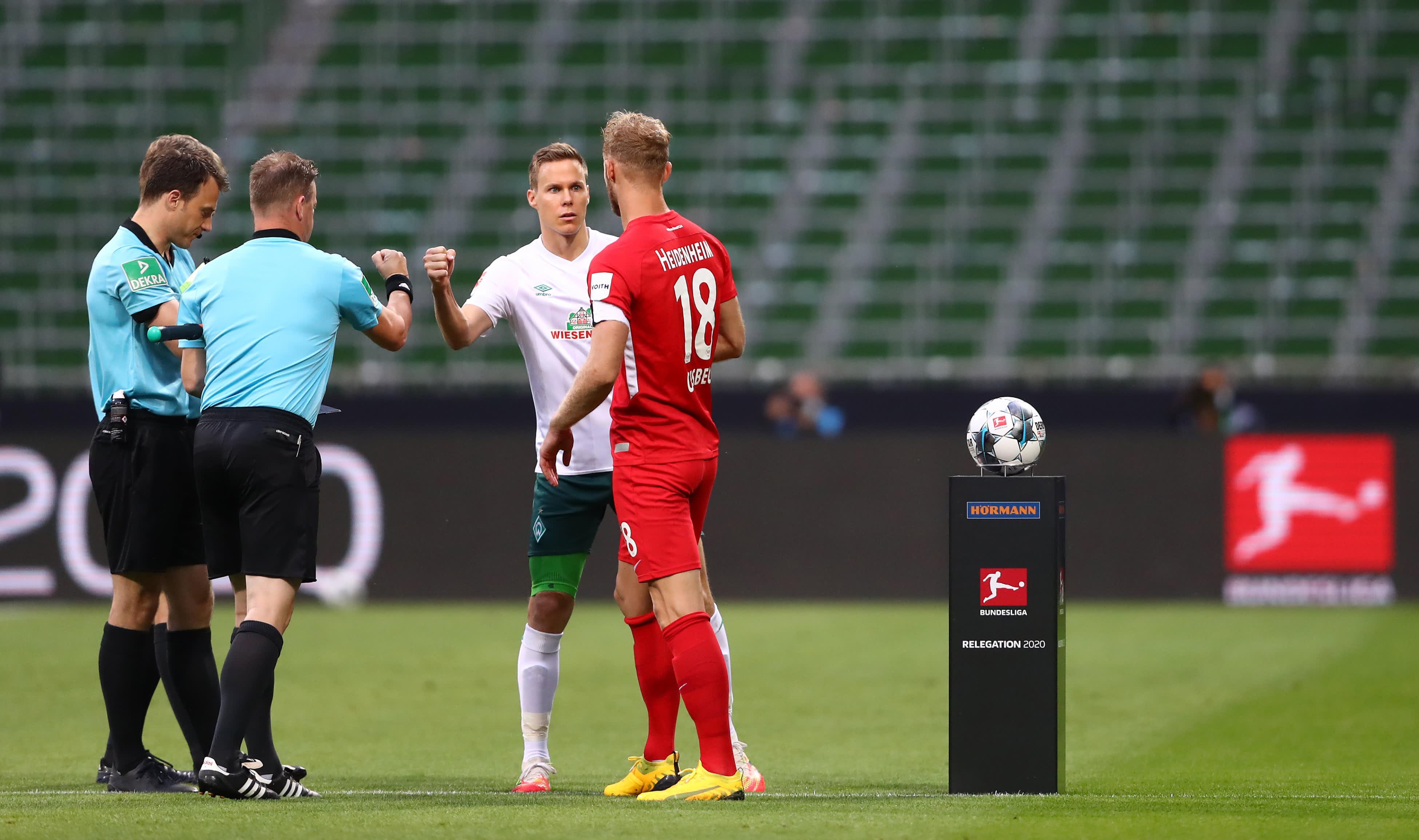 Bremenin kapteeni Niklas Moisander tervehtii Heidenheimin kipparia Sebastian Griesbeckia.