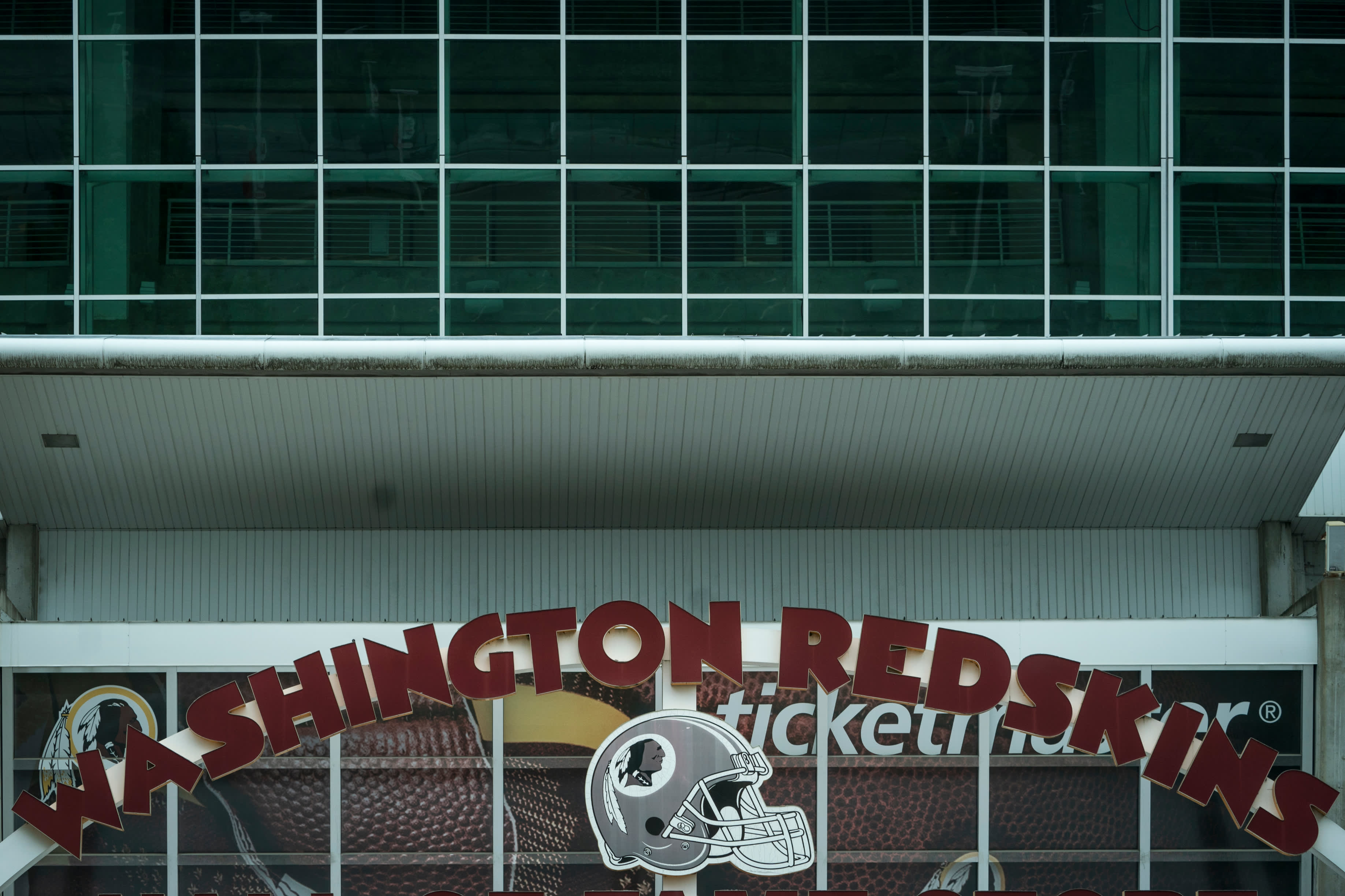 Washington Redskinsin logo kotiareenan edustalla.