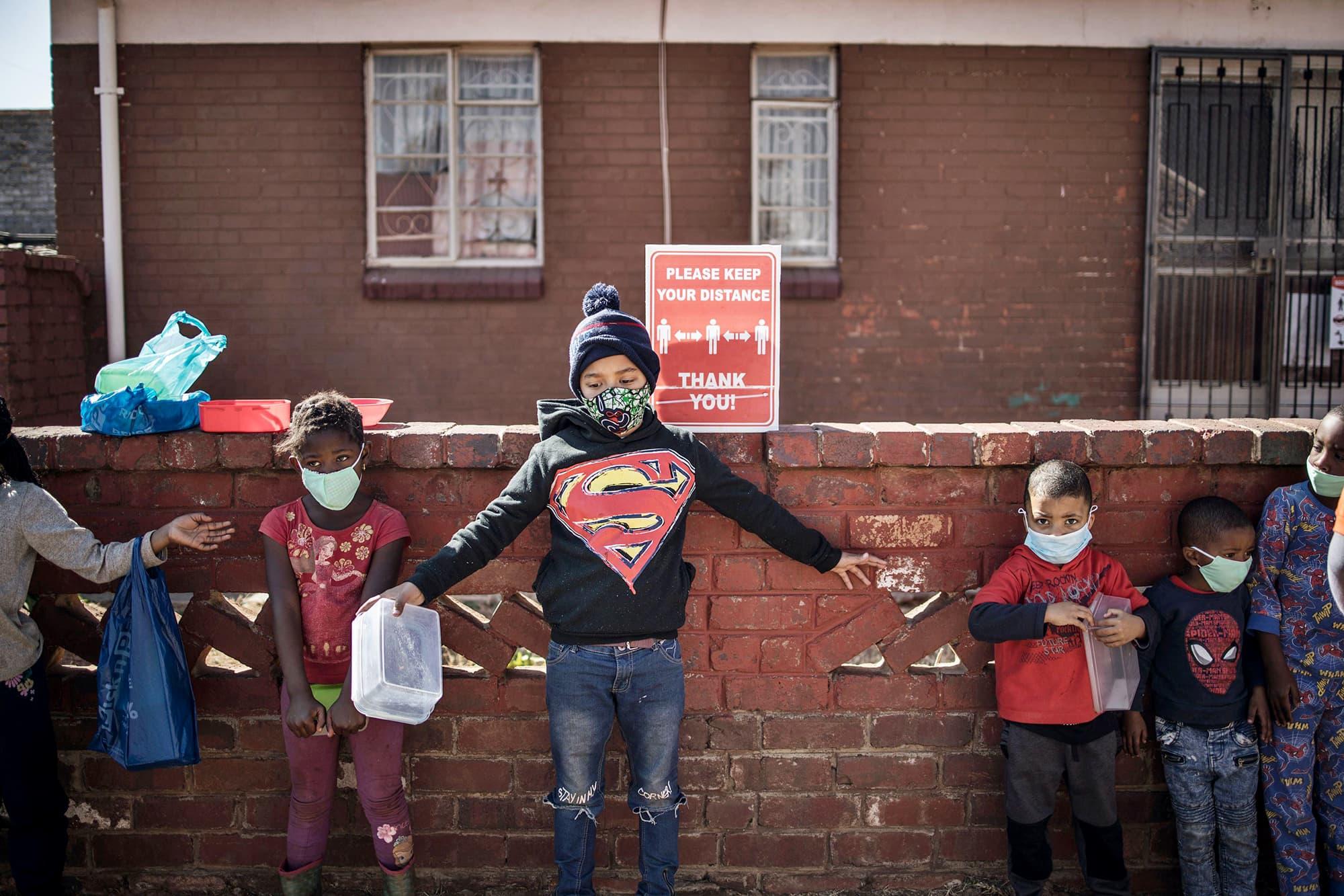 Lapset jonottavat ruoka-apua Johannesburgissa.