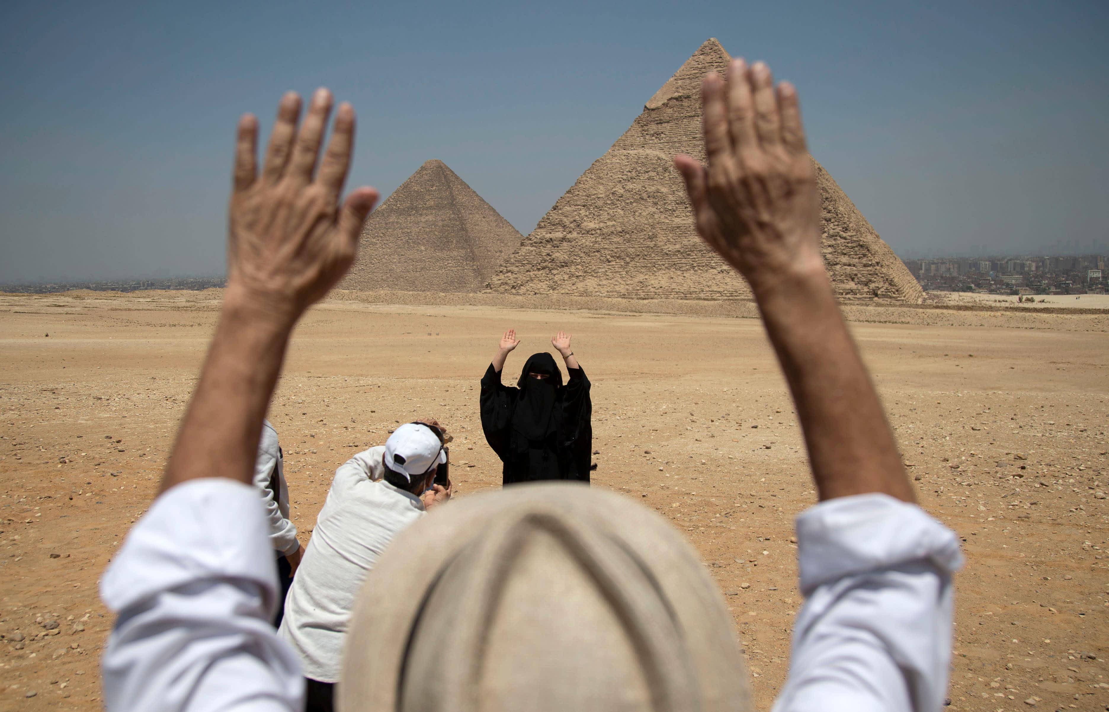 Turisteja Gizan pyramideilla 1.7.2020