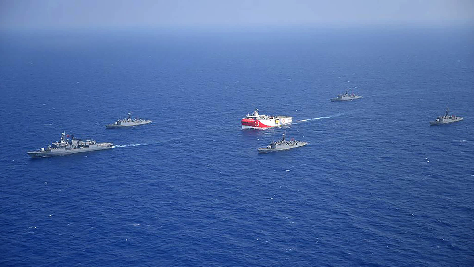 Oruç Reis tutkimusalus Turkin armeijan laivaston saattelemana