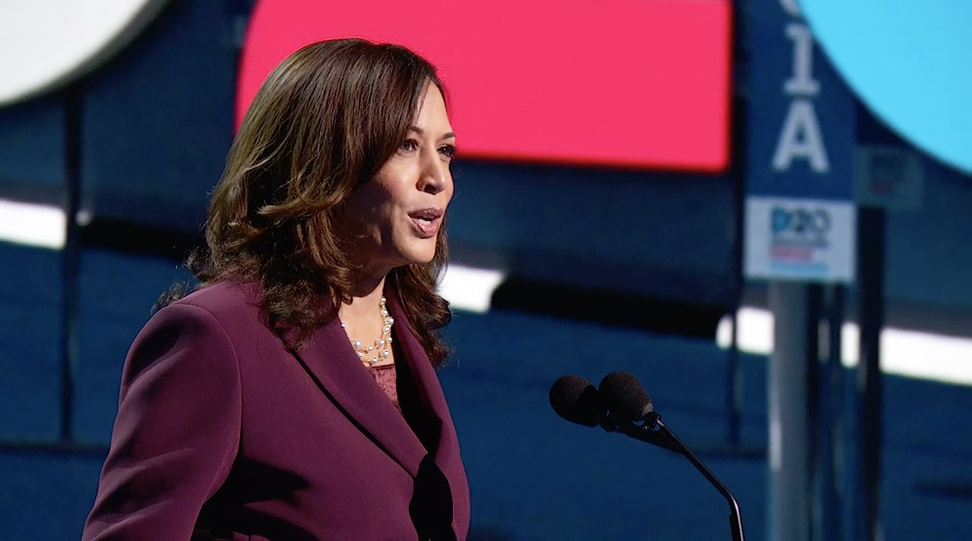Kamala Harris puhuu demokraattien puoluekokouksessa.