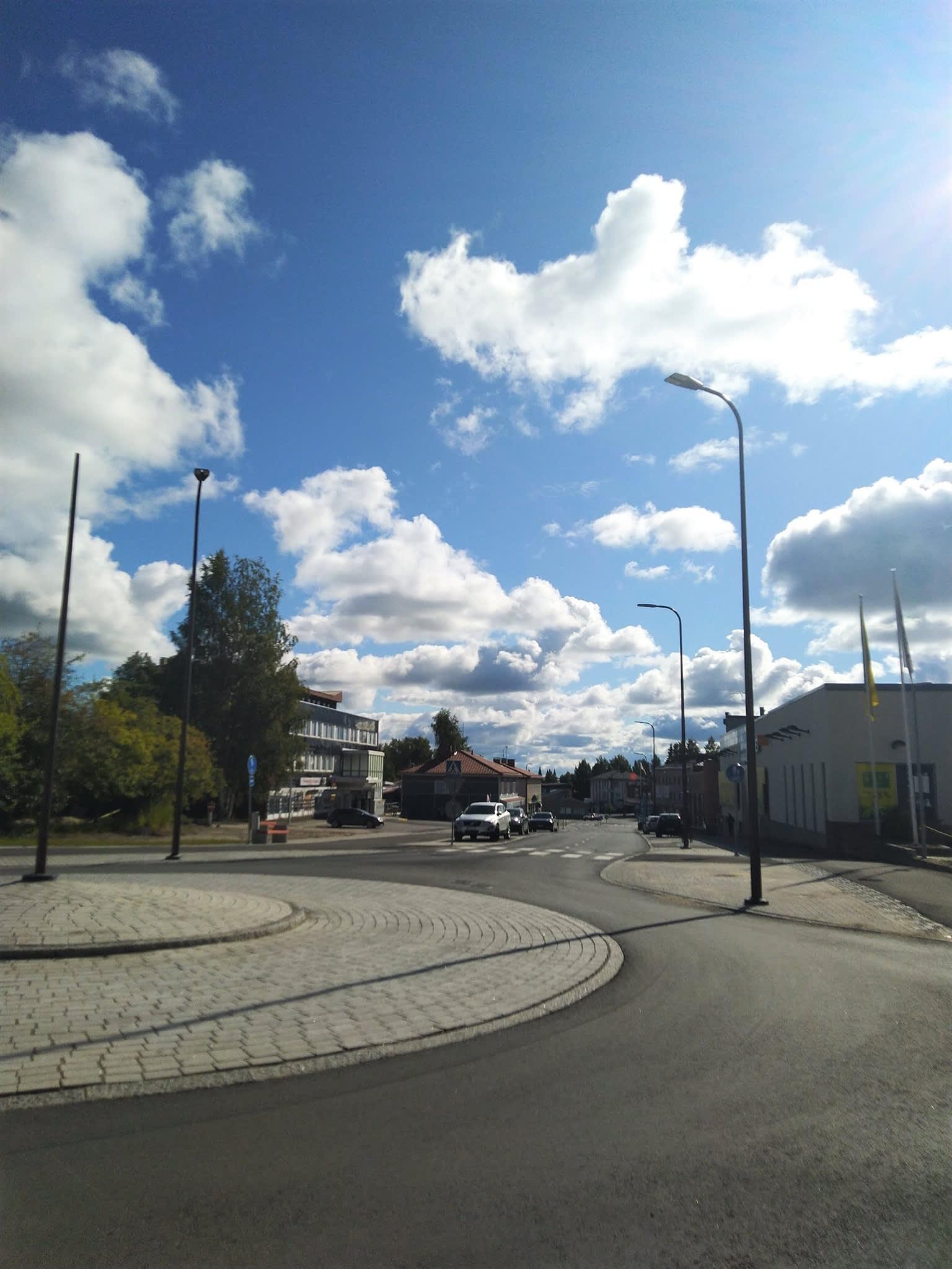 Outokummun pääkadulle Kummunkadulle rakennettiin korjauksen aikana muun muassa liikenteenjakaja.