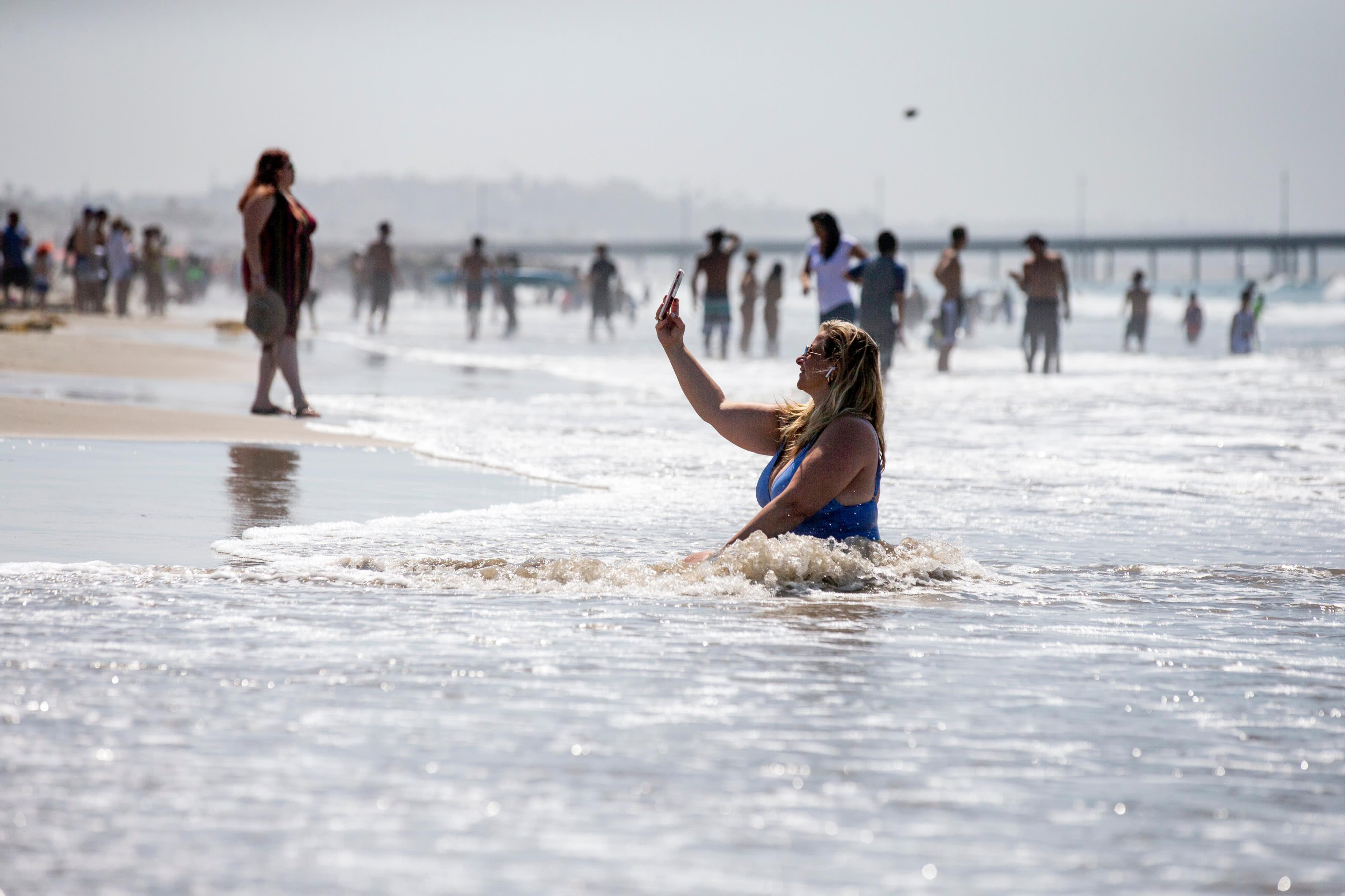 Nainen otti selfien Venice Beachillä, Los Angelesissa.
