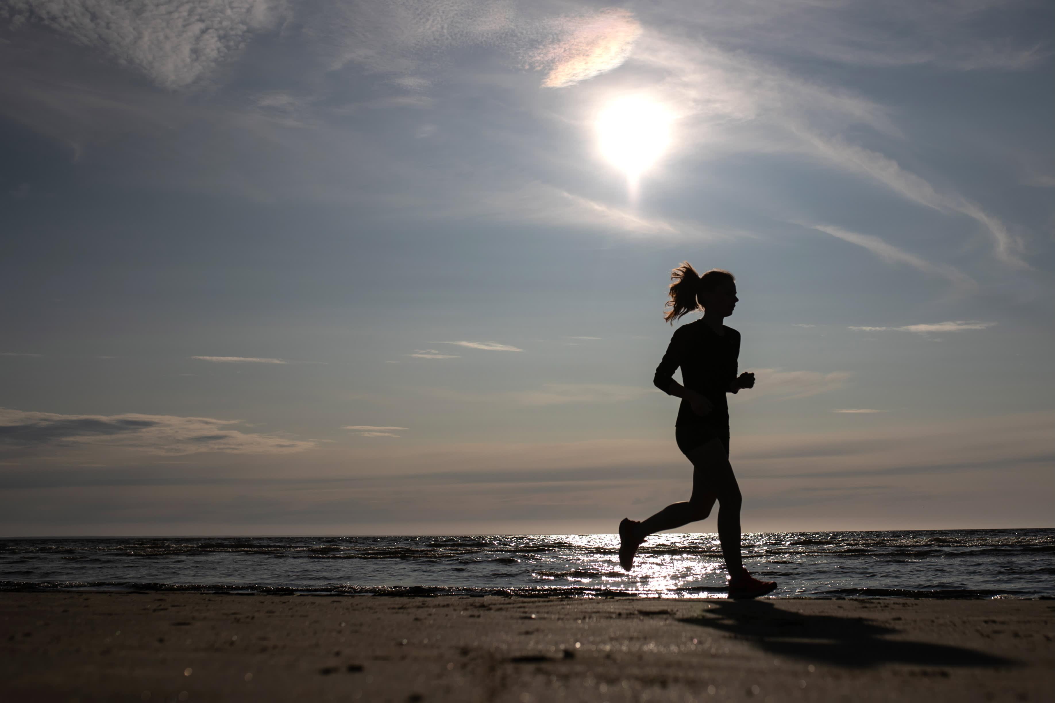Anonyymi yleiskuva nainen juoksee rannalla