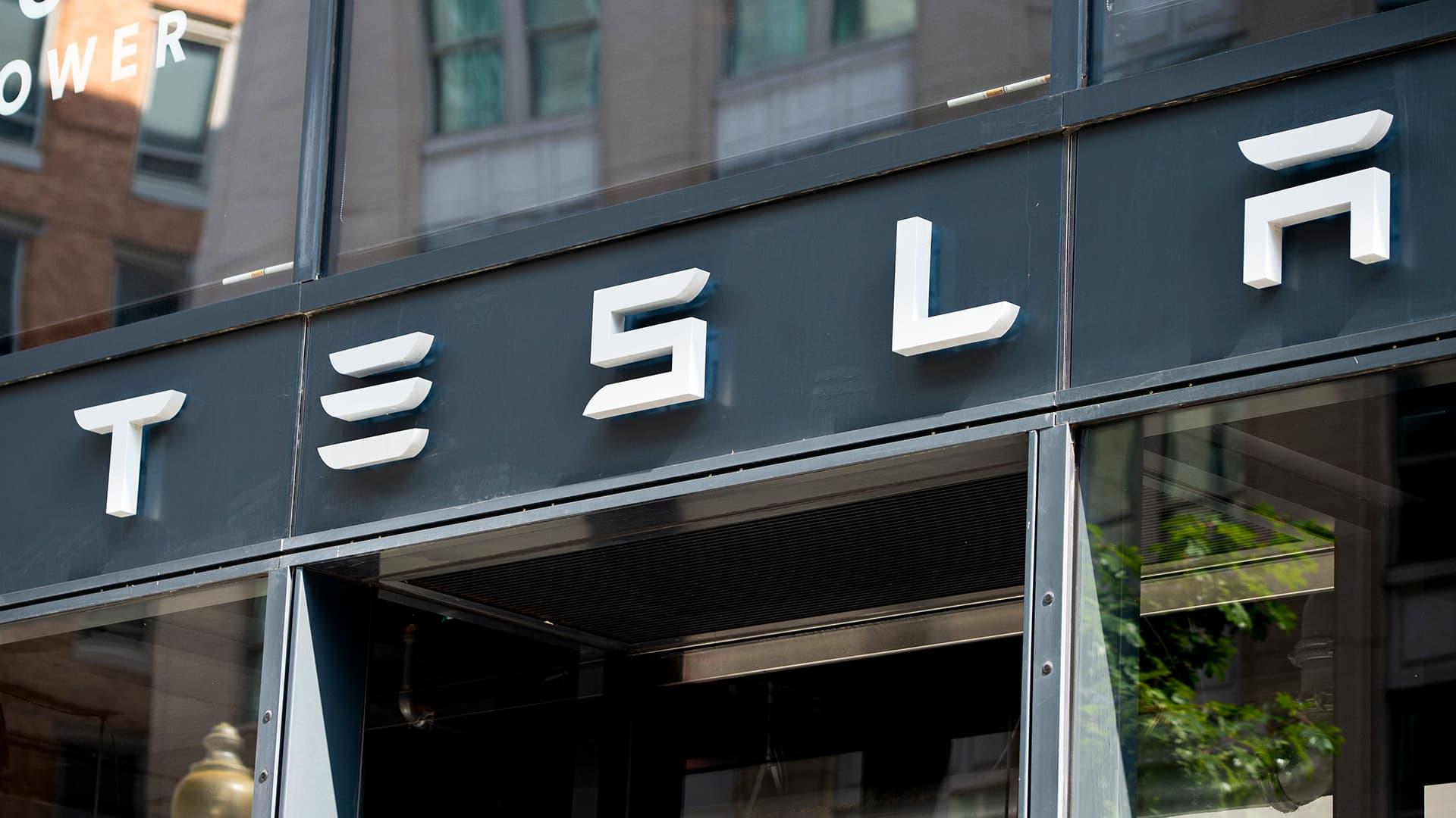 Teslan myyntipiste Washingtonissa.